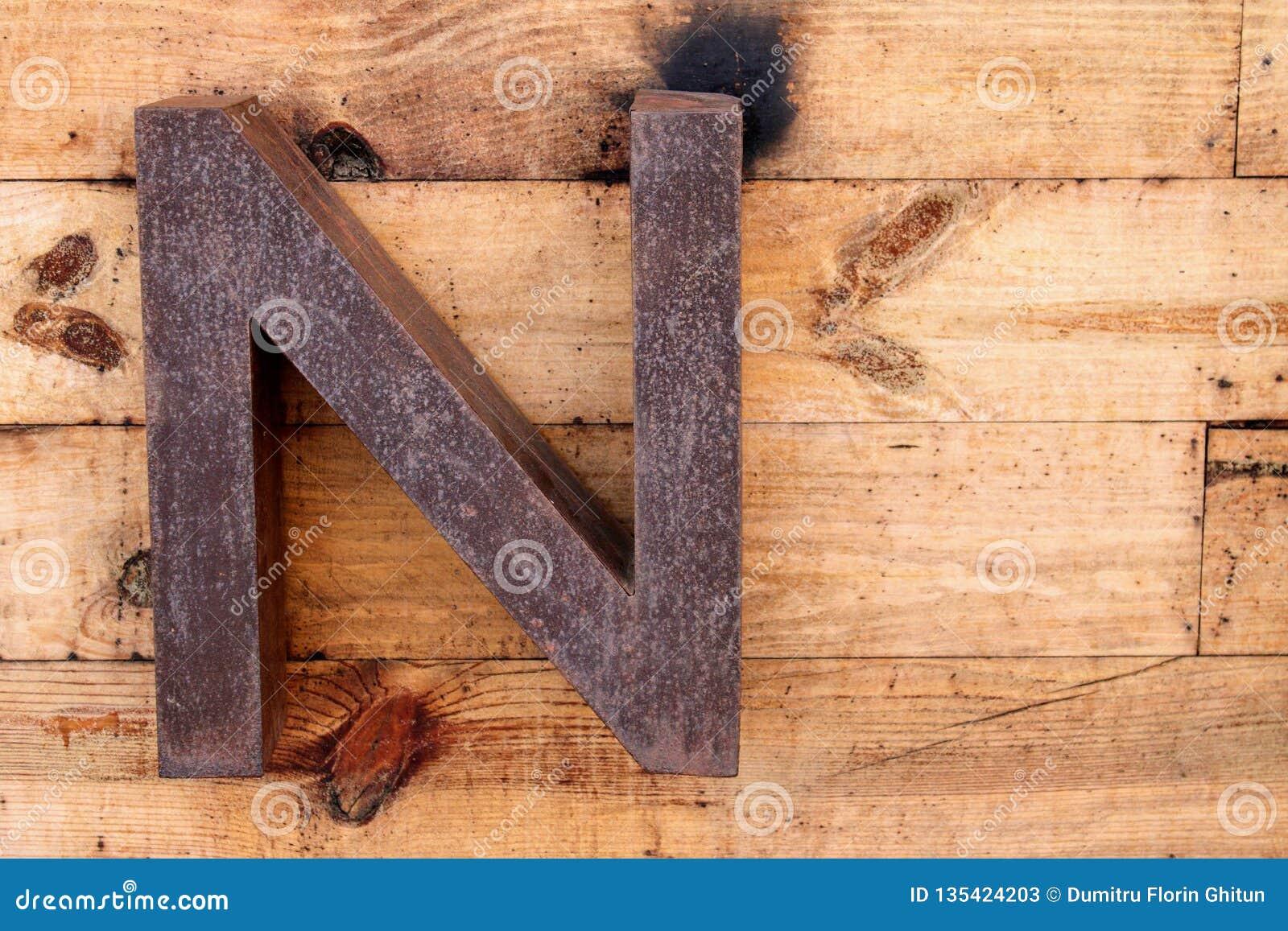 La letra N hizo del hierro oxidado