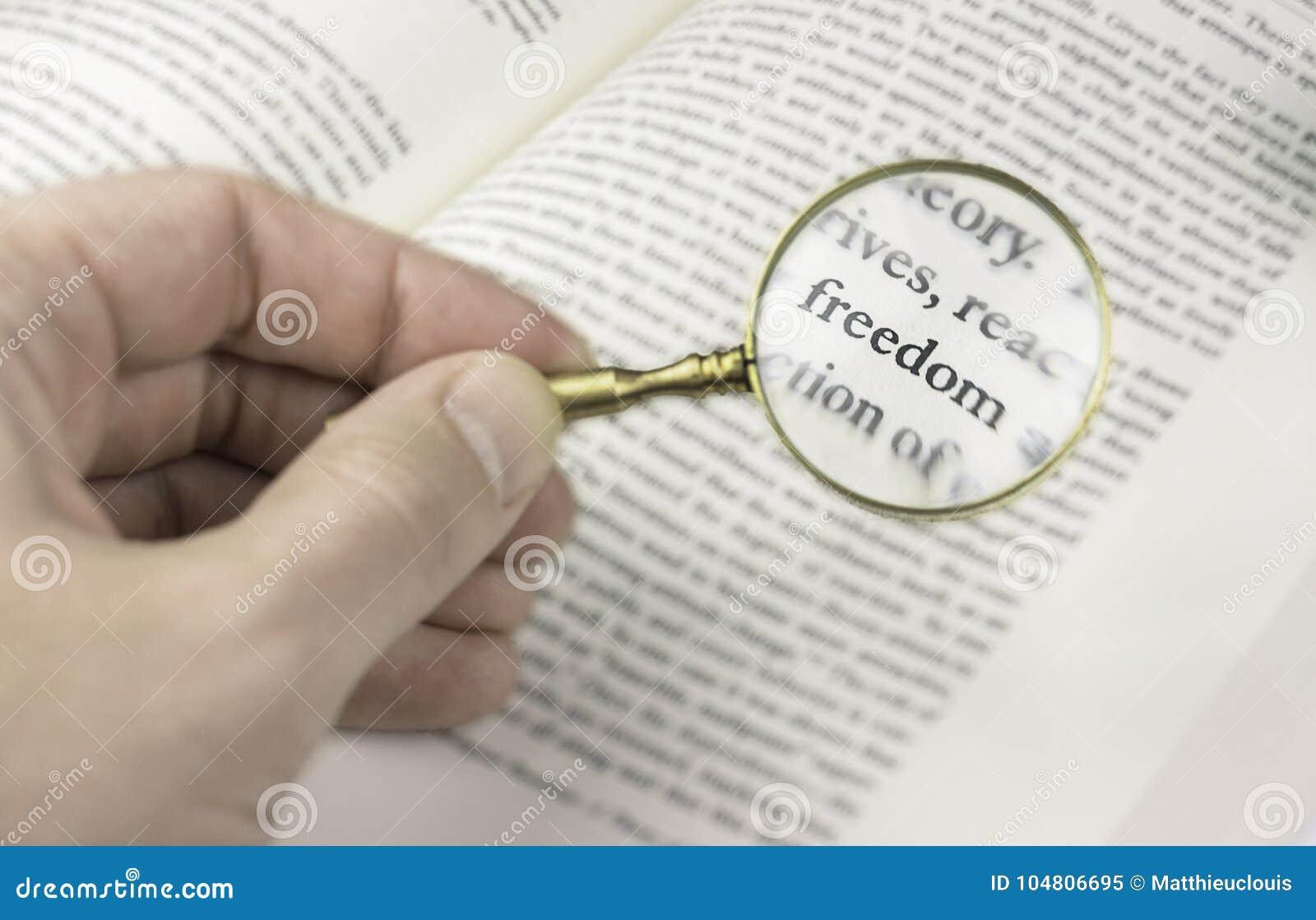 La libertà di parola colta tramite una lente d ingrandimento
