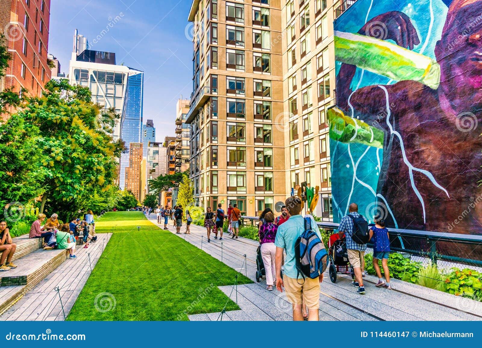 La ligne élevée parc à Manhattan New York Le parc urbain est populaire par des gens du pays et des touristes