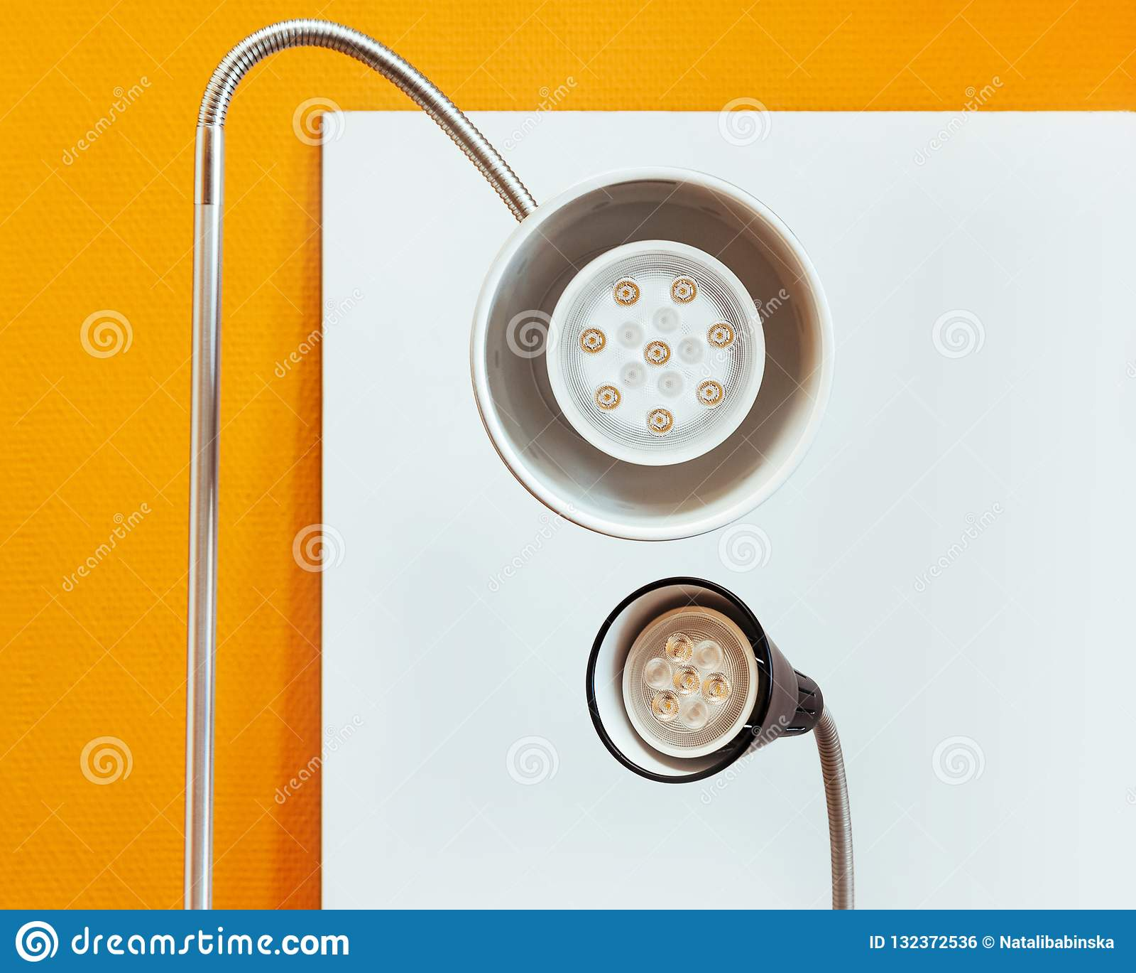 La linterna de la lámpara brilla el fondo blanco de la linterna de LED del primer alrededor del amarillo negro dos de la tabla de