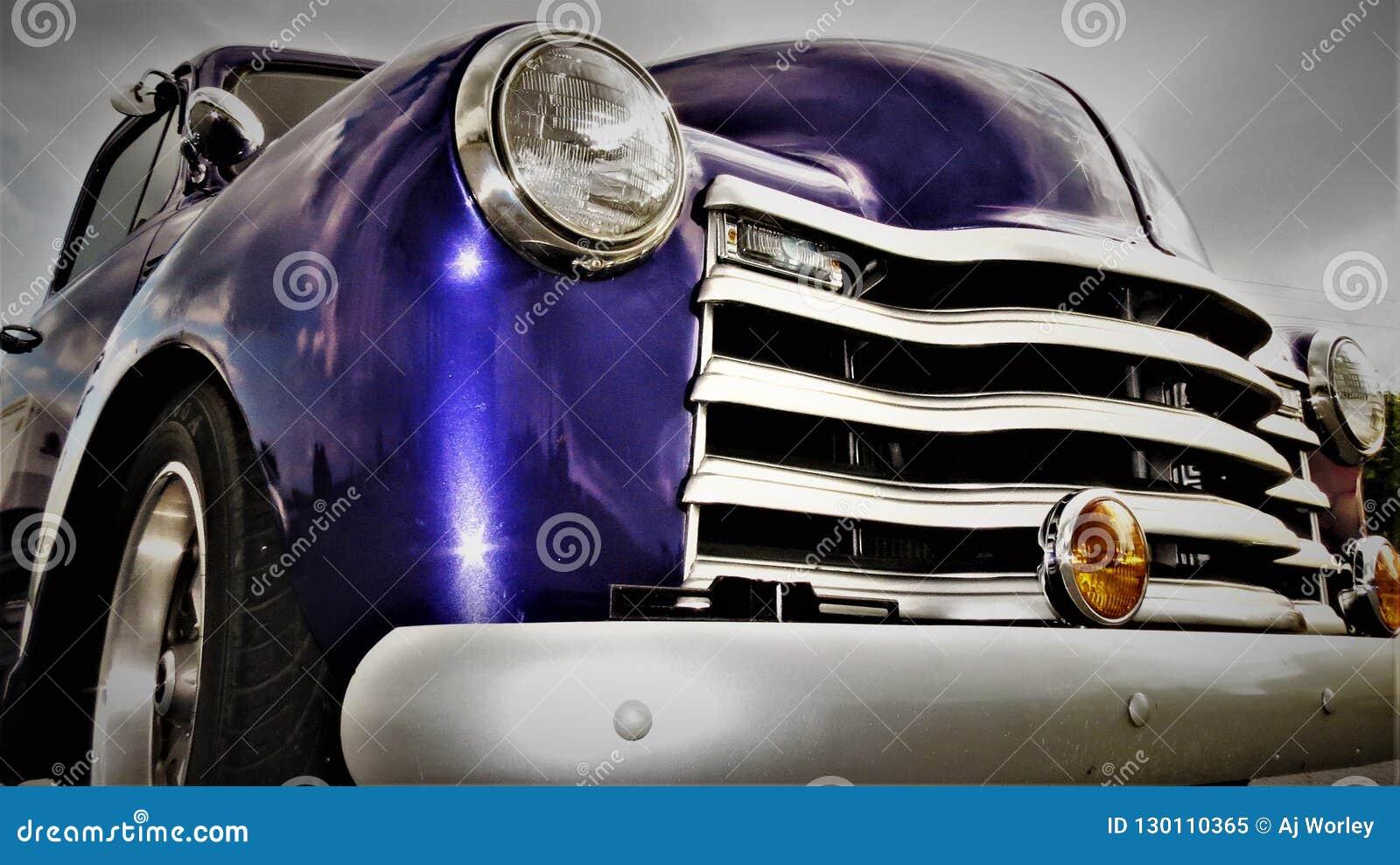 La linterna y la parrilla de un americano antiguo púrpura cogen el camión