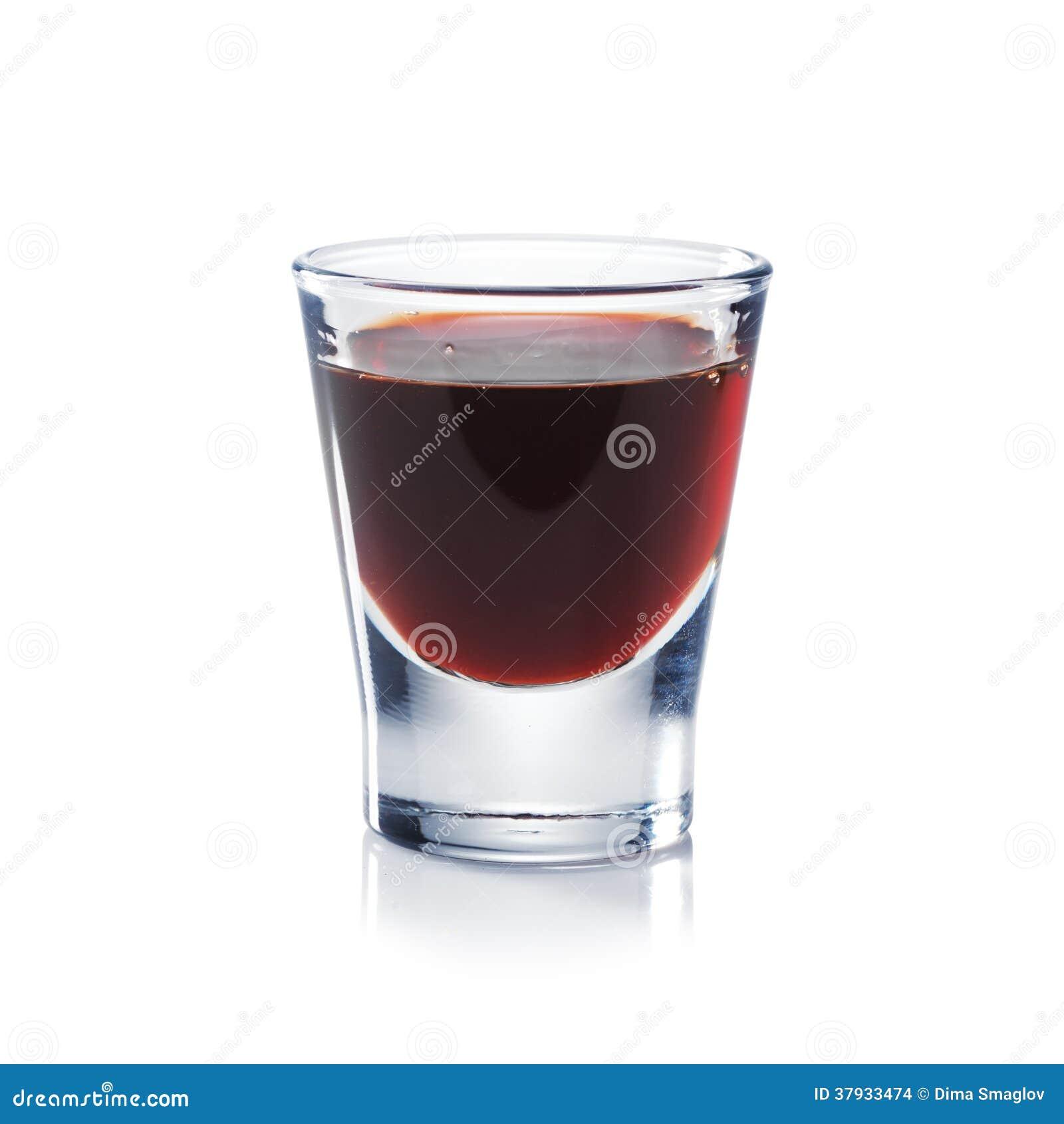 La liqueur rouge de baies est le verre à liqueur d isolement sur le blanc.