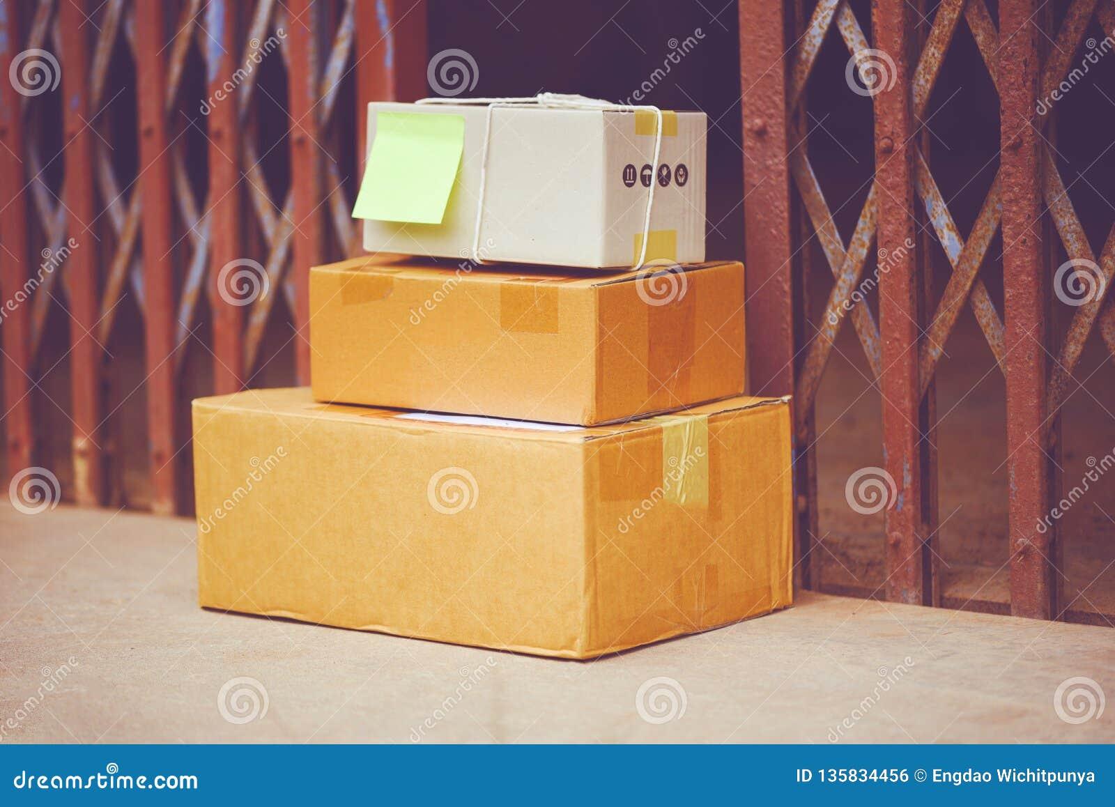 La livraison de commerce électronique faisant des emplettes en ligne et concept d ordre - colis livrés sur le plancher près de l