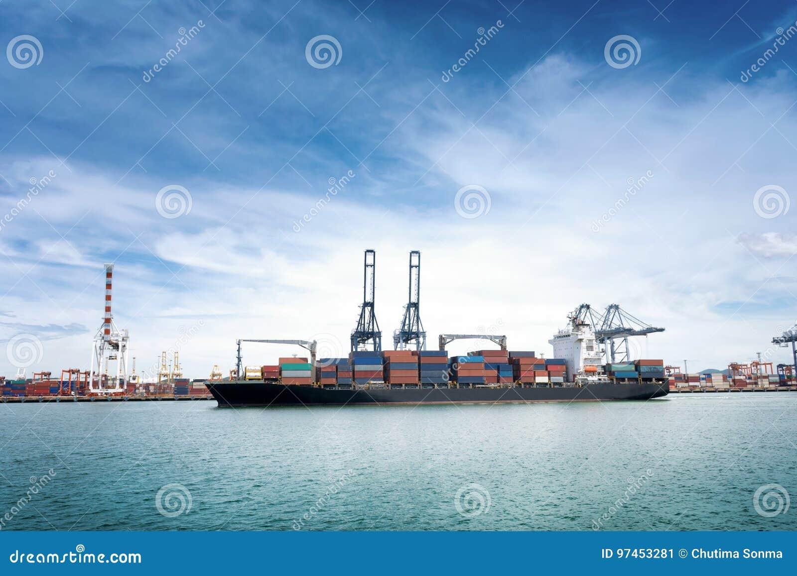 La logistique et le transport du cargo international de récipient avec des ports tendent le cou le pont dans le port pour le Ba l