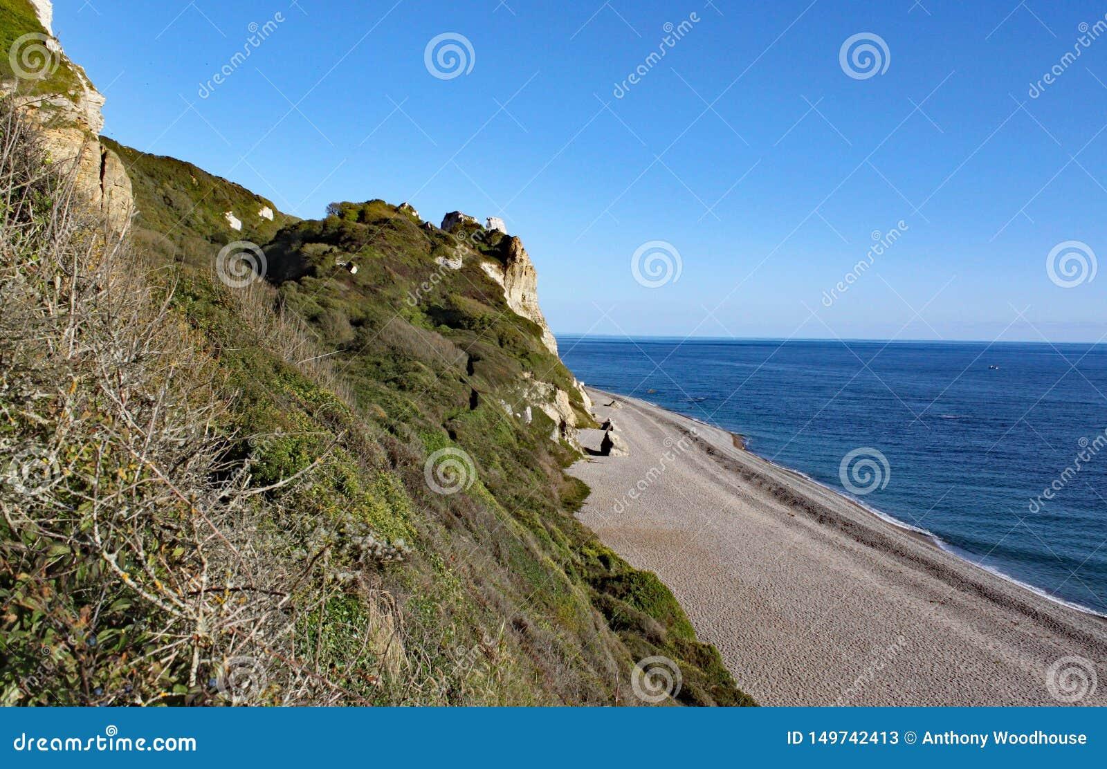La longue plage de bardeau chez Brancombe en Devon, Angleterre