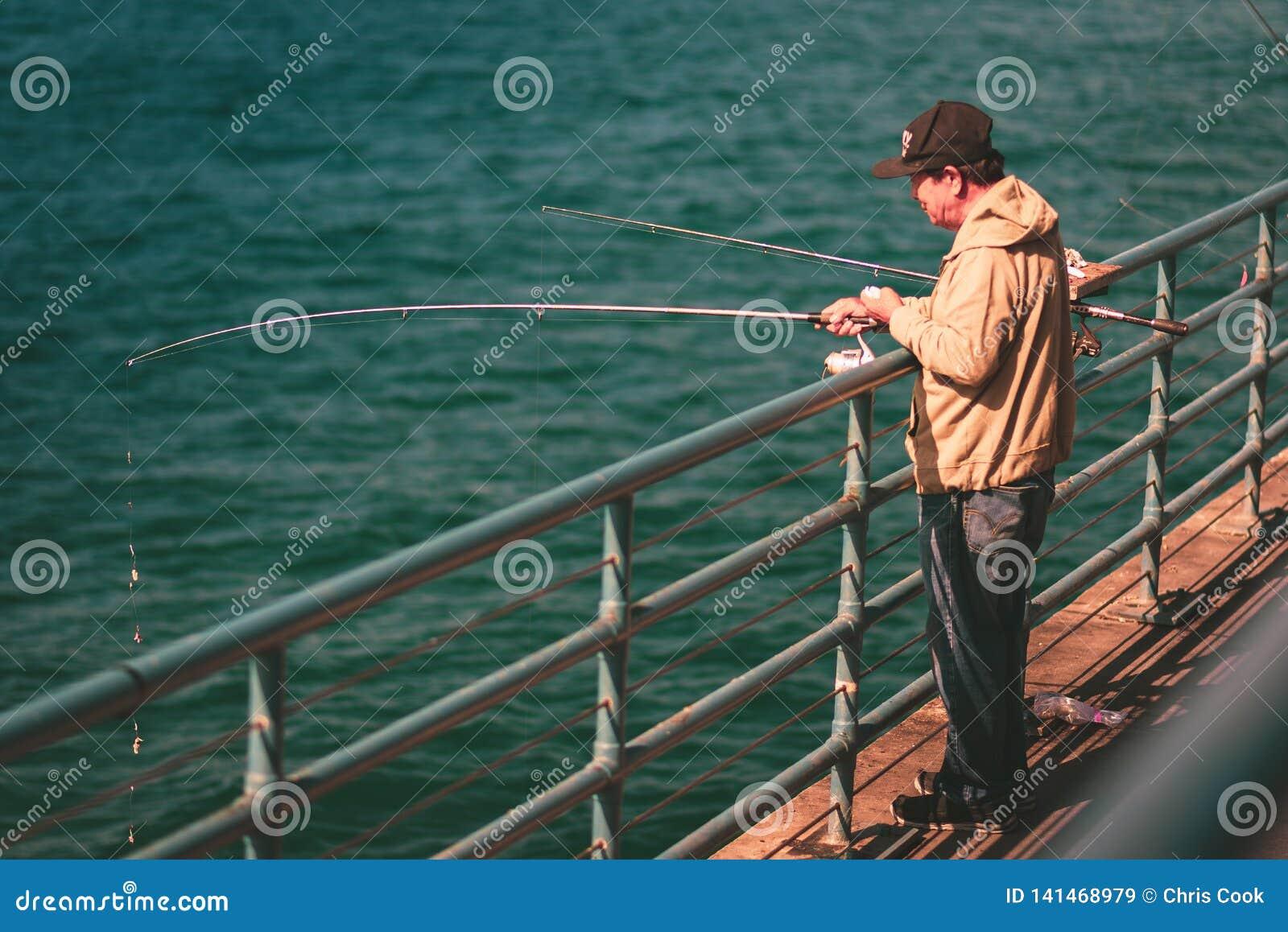 LA, los E.E.U.U. - 30 de octubre de 2018: Un pescador en Santa Monica Pier