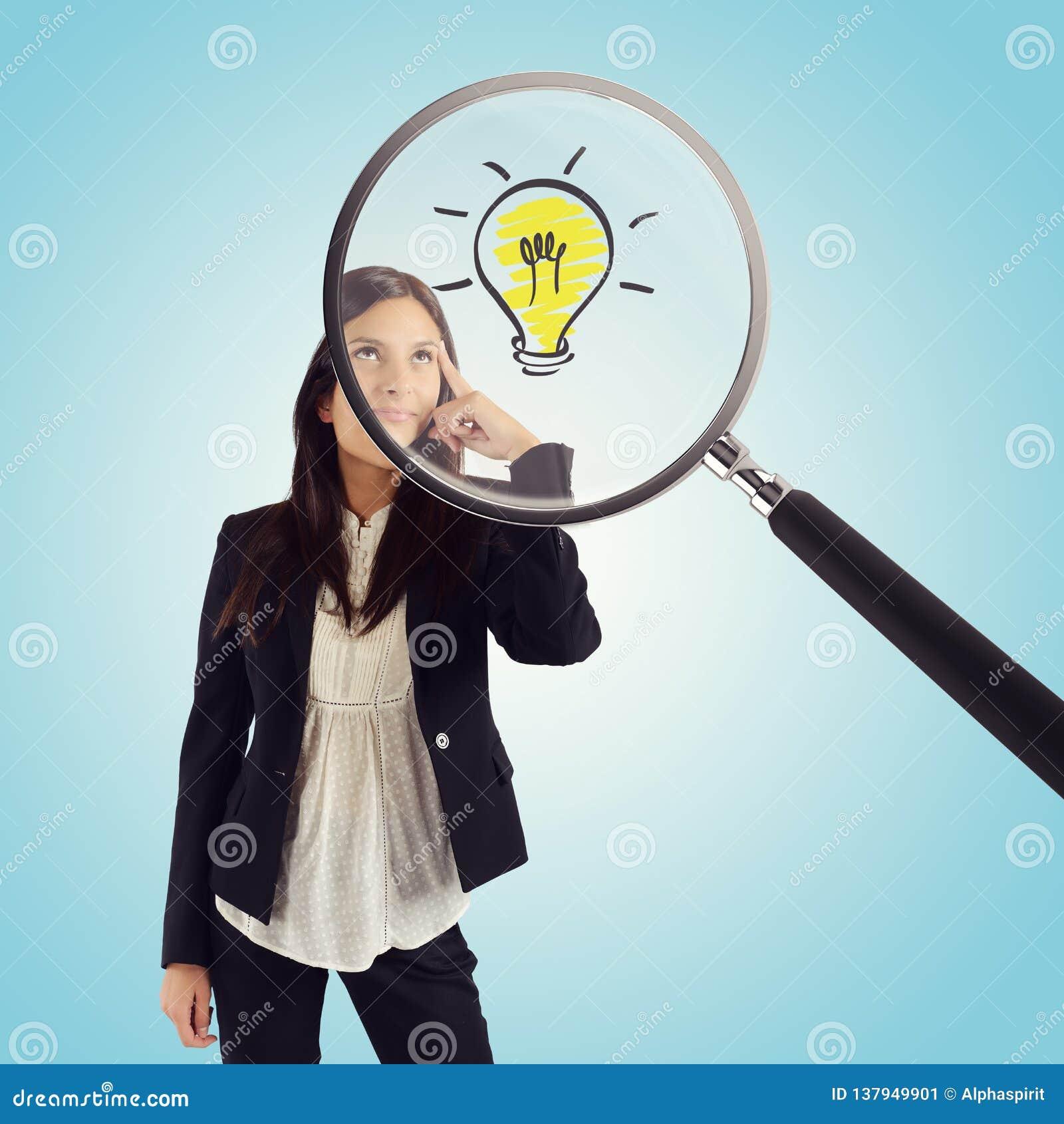 La loupe examine l idée d une jeune femme d affaires