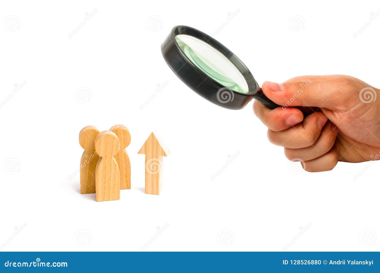 La loupe regarde un groupe de personnes et une flèche haute Augmentation et croissance, données statiques Niveau  Amélioration de