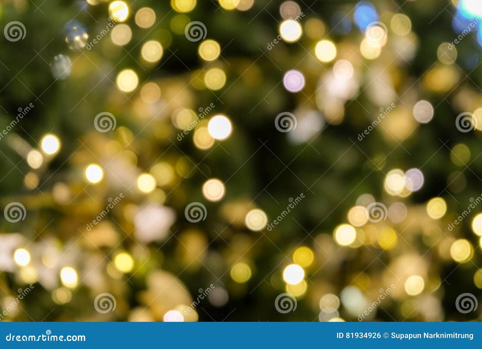 La luce del bokeh dell albero di Natale nel colore dorato giallo verde, fondo astratto di festa, offusca defocused