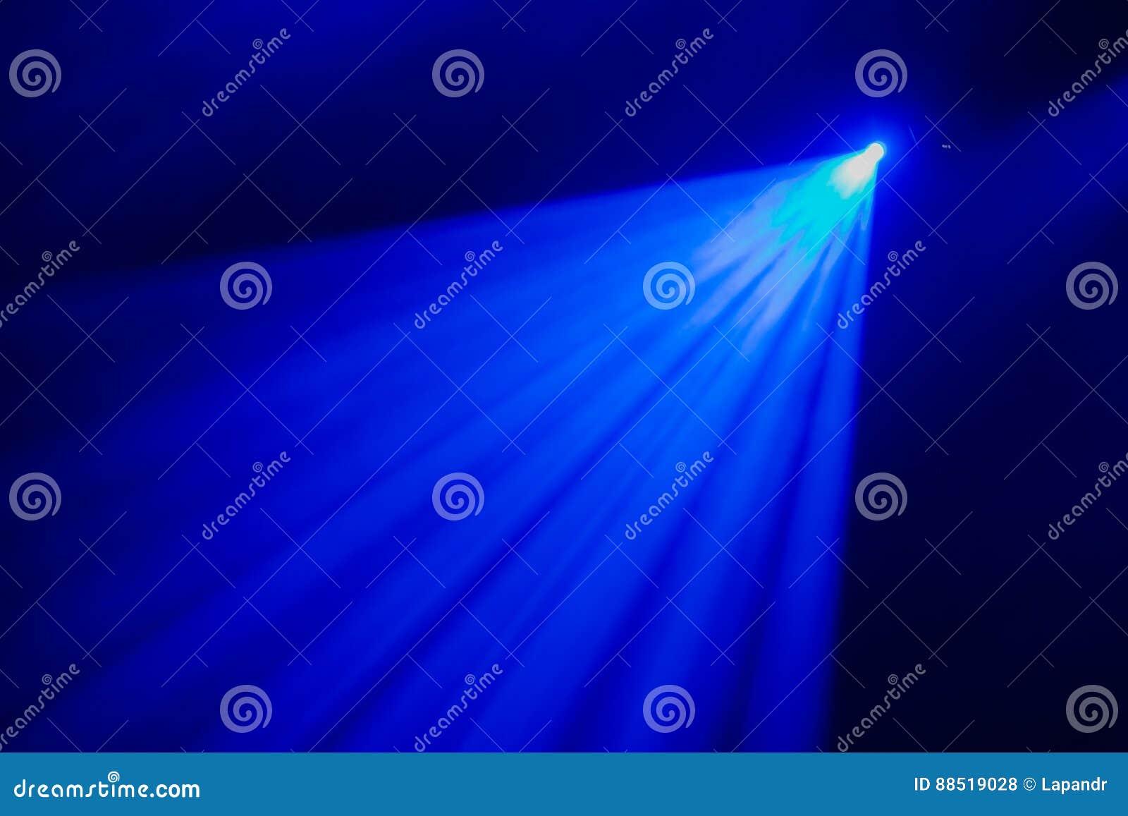 La lumière bleue des projecteurs par la fumée dans le théâtre pendant la représentation