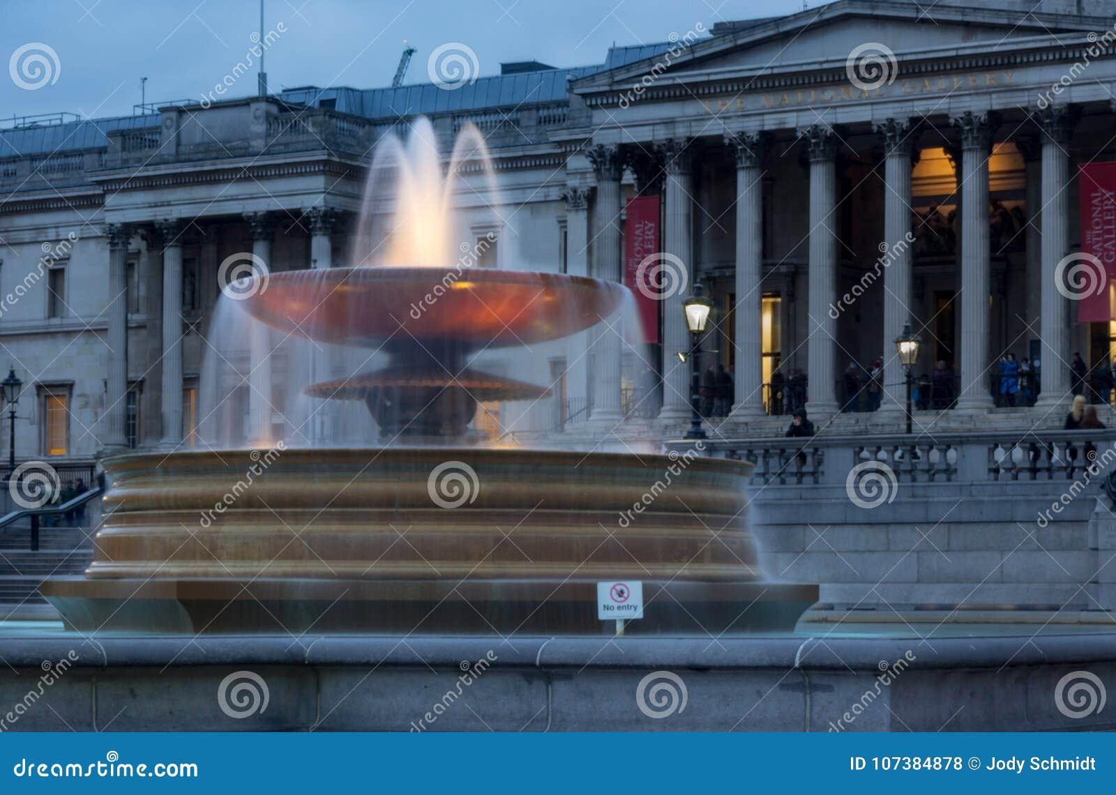 La lumière illumine l eau dans une des fontaines chez Trafalgar Square, Westminster, Londres, R-U au crépuscule