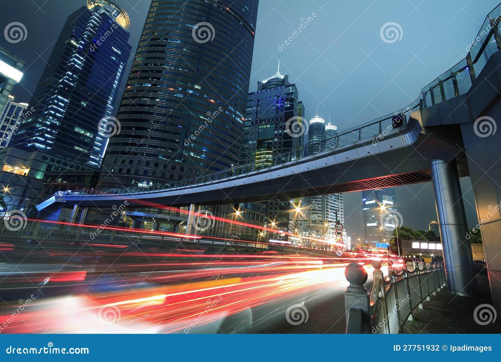 La lumière moderne de nuit de véhicule de fond de constructions de Changhaï traîne