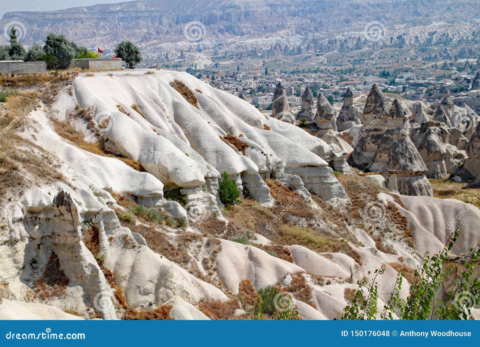La luna como el paisaje de las formaciones de roca en el parque nacional de Goreme en Cappadocia en Turquía