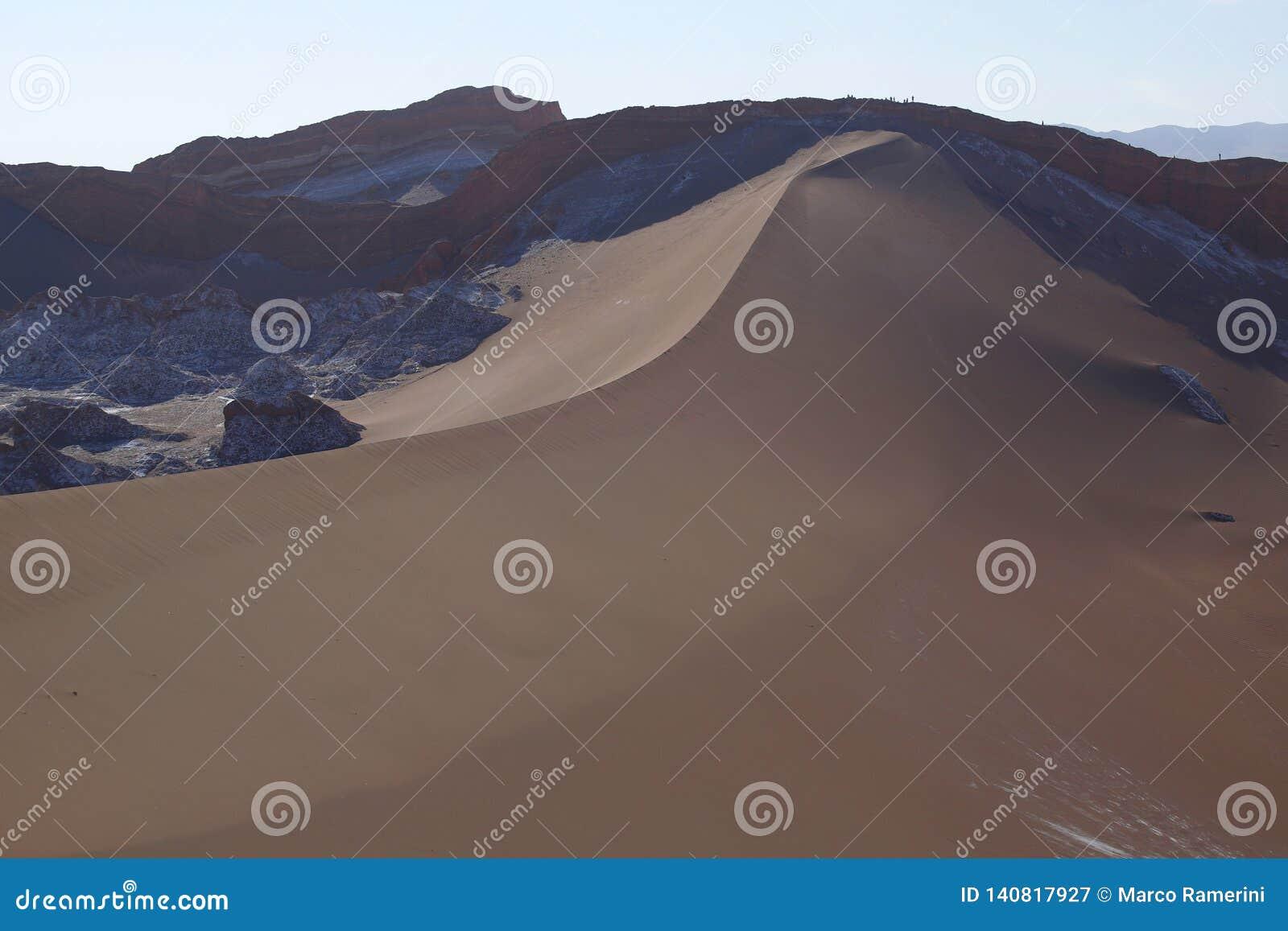 La Luna de Valle de - vale da lua e dos vulcões cobertos de neve, deserto de Atacama, o Chile