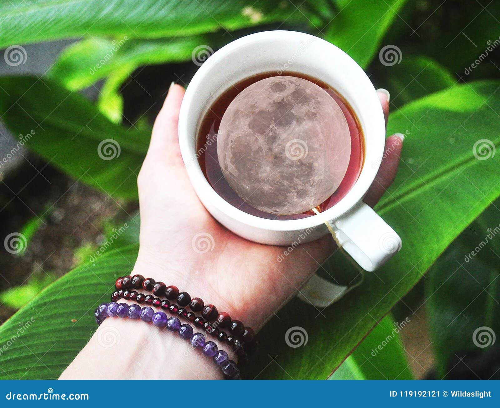 La Luna Llena en un té del cuppa