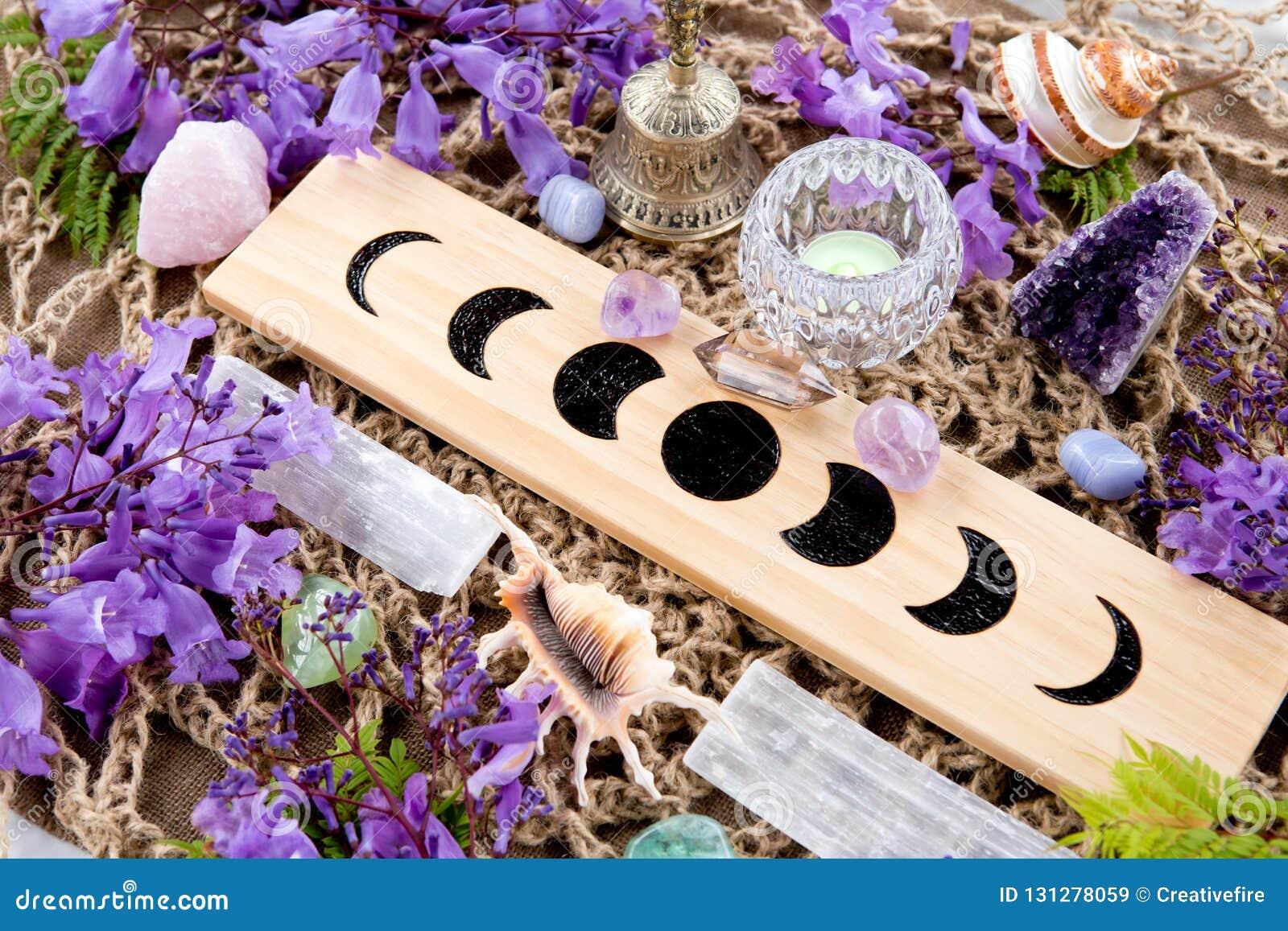 La luna pagana de la bruja organiza el altar con los cristales y las flores