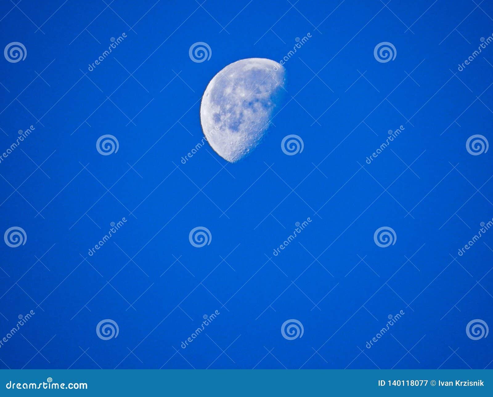 La luna por la mañana fresca de diciembre