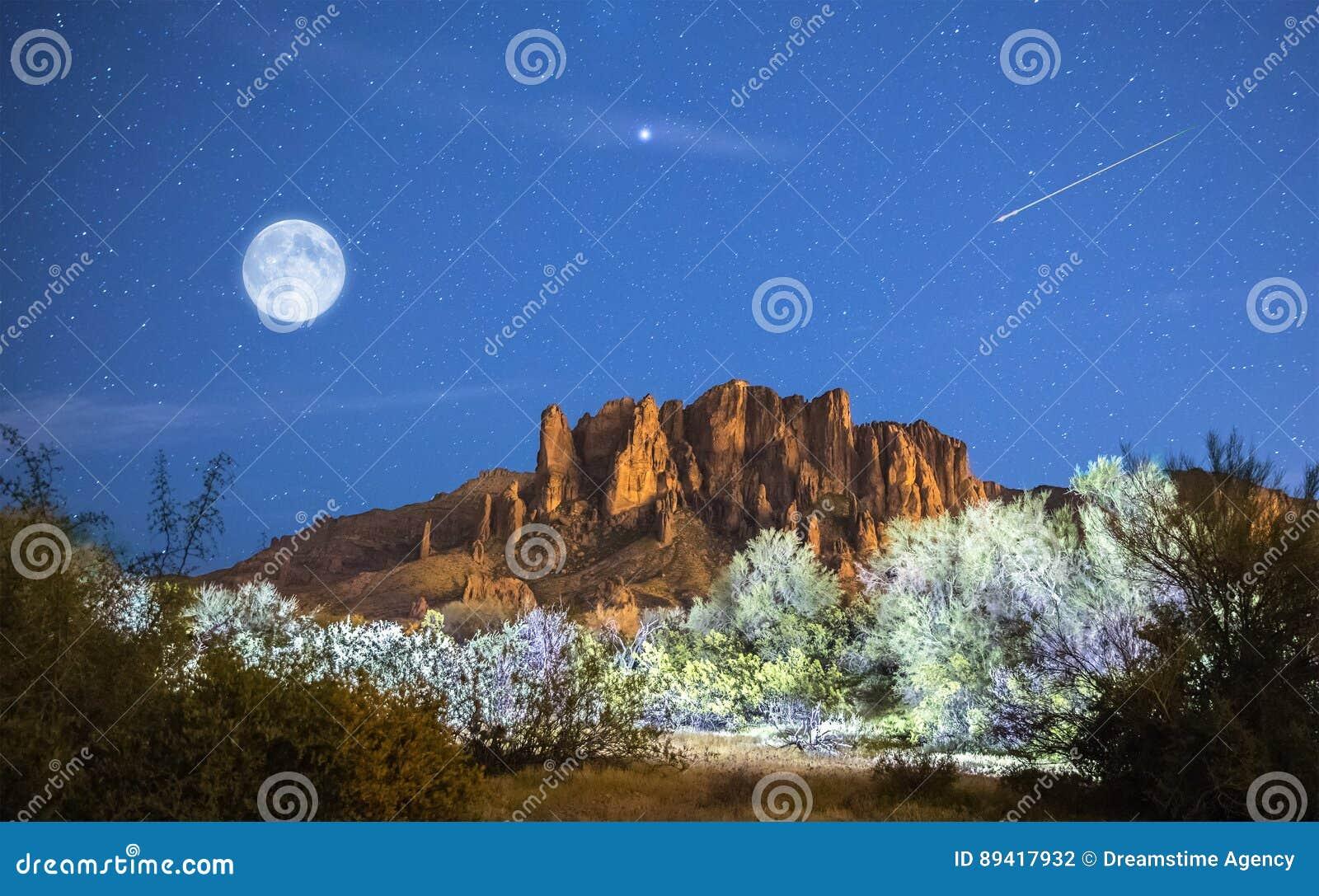 La luna sube sobre las montañas de la superstición