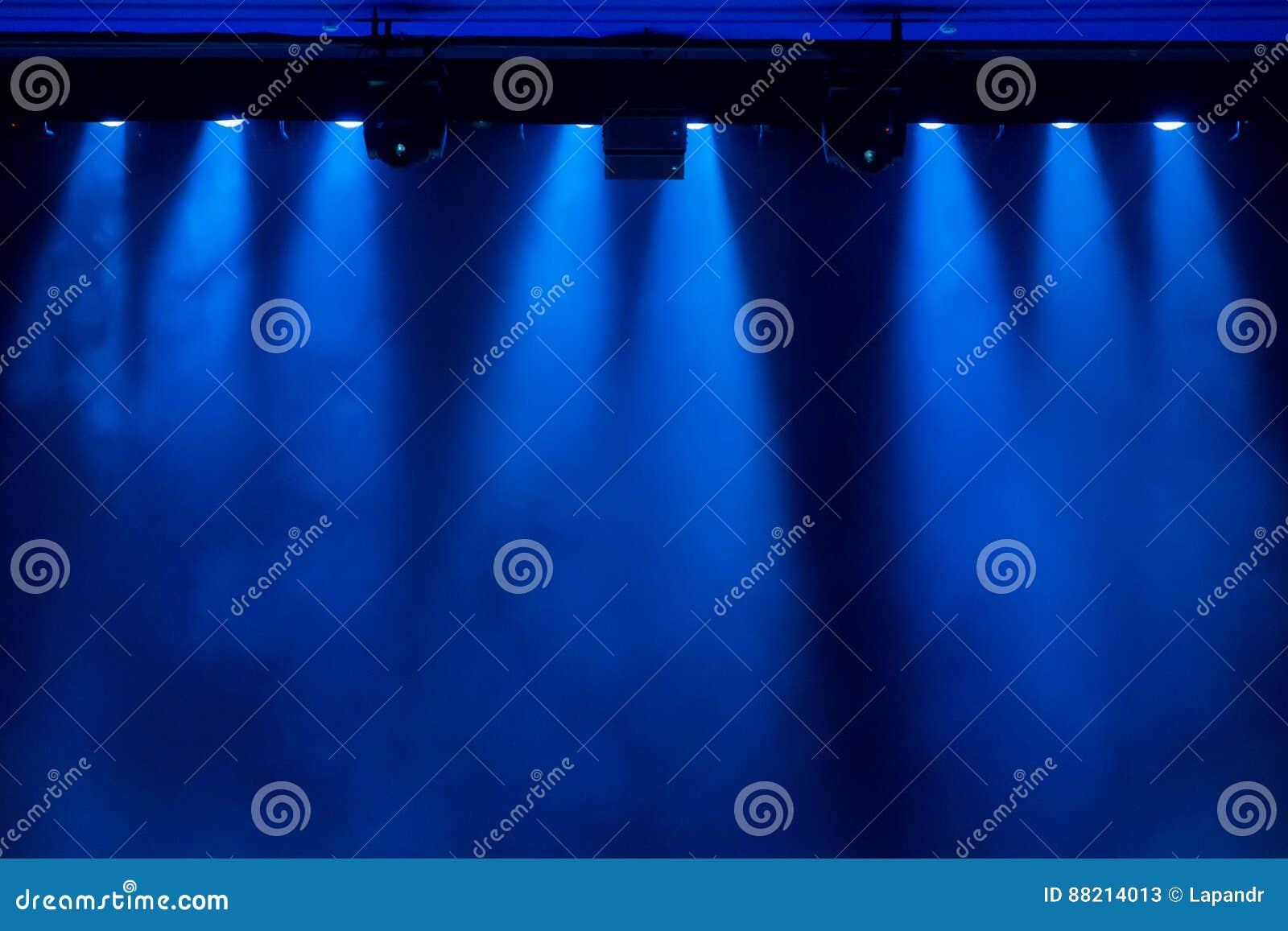 La luz azul de los proyectores a través del humo en el teatro durante el funcionamiento
