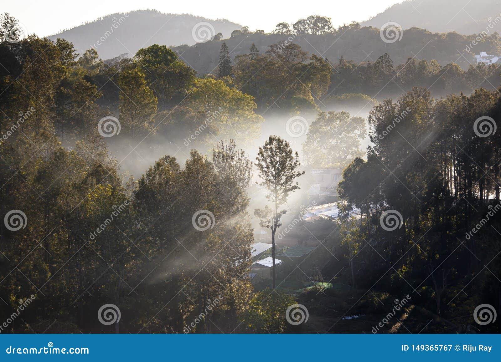 La luz del sol perfora las nubes para crear la iluminaci?n cambiante en un embarcadero de la pesca en la oscuridad