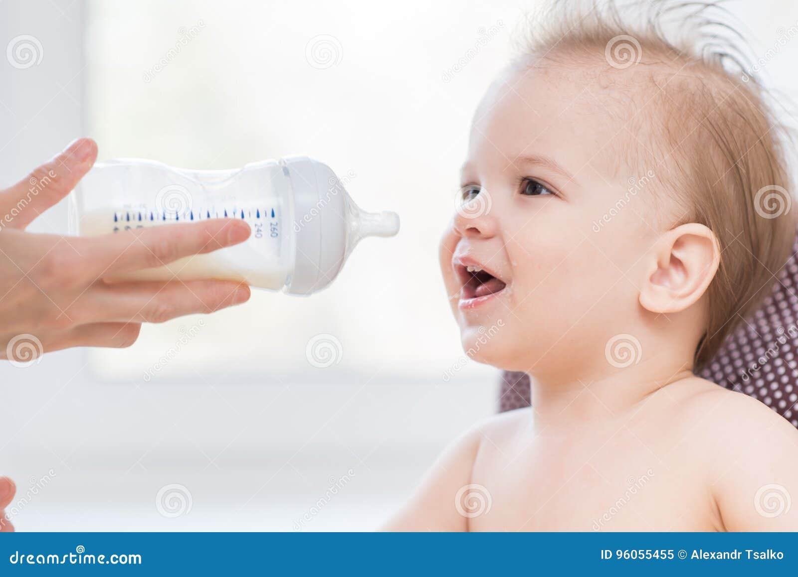 La mère alimente le bébé d une bouteille de lait