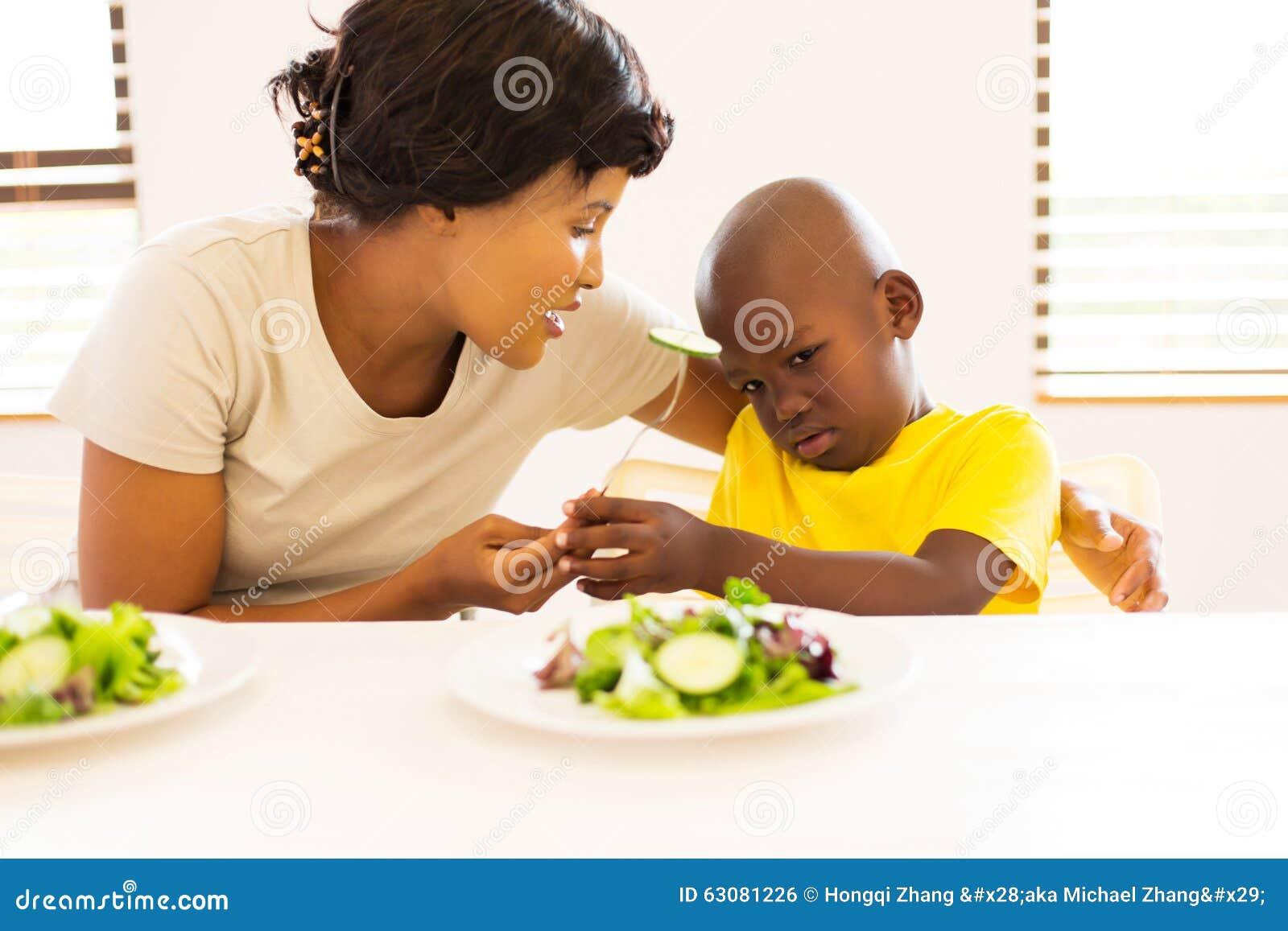 Download La Mère Demandant Au Fils Mangent Des Légumes Photo stock - Image du fourchette, enfance: 63081226
