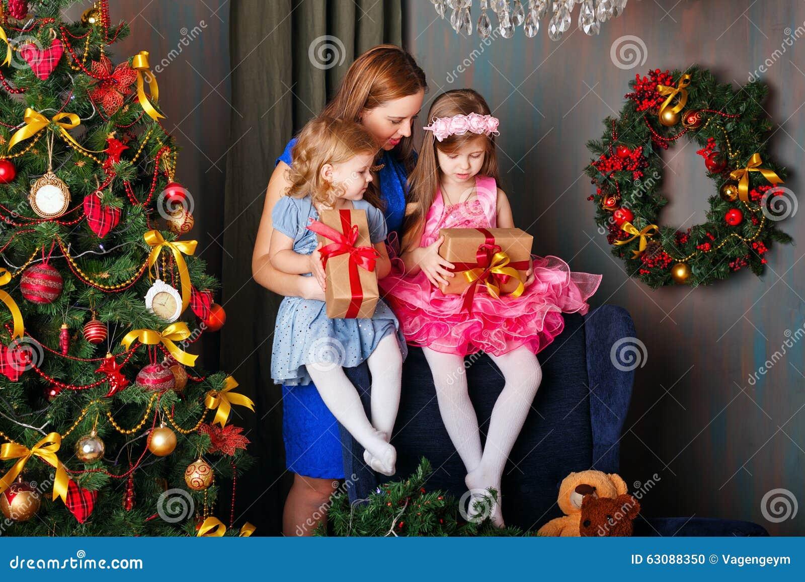 Download La Mère A Donné Des Cadeaux à Deux Filles Photo stock - Image du cadre, humain: 63088350