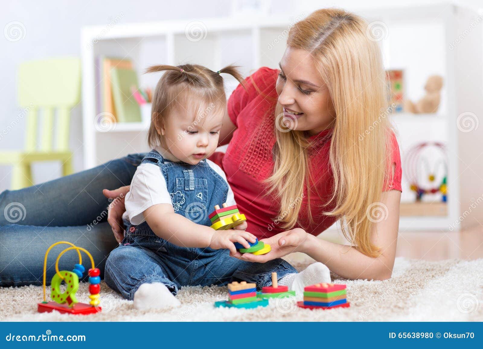 La mère enseigne son enfant à distinguer la forme et