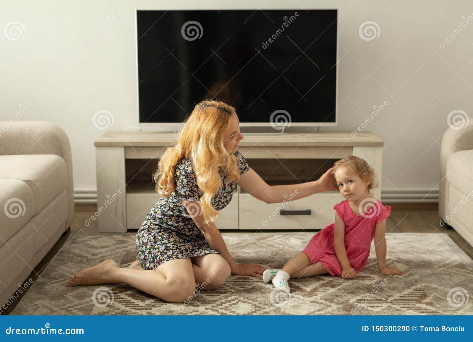 La mère interroge la petite fille au sujet de sa douleur de genou qu il blesse