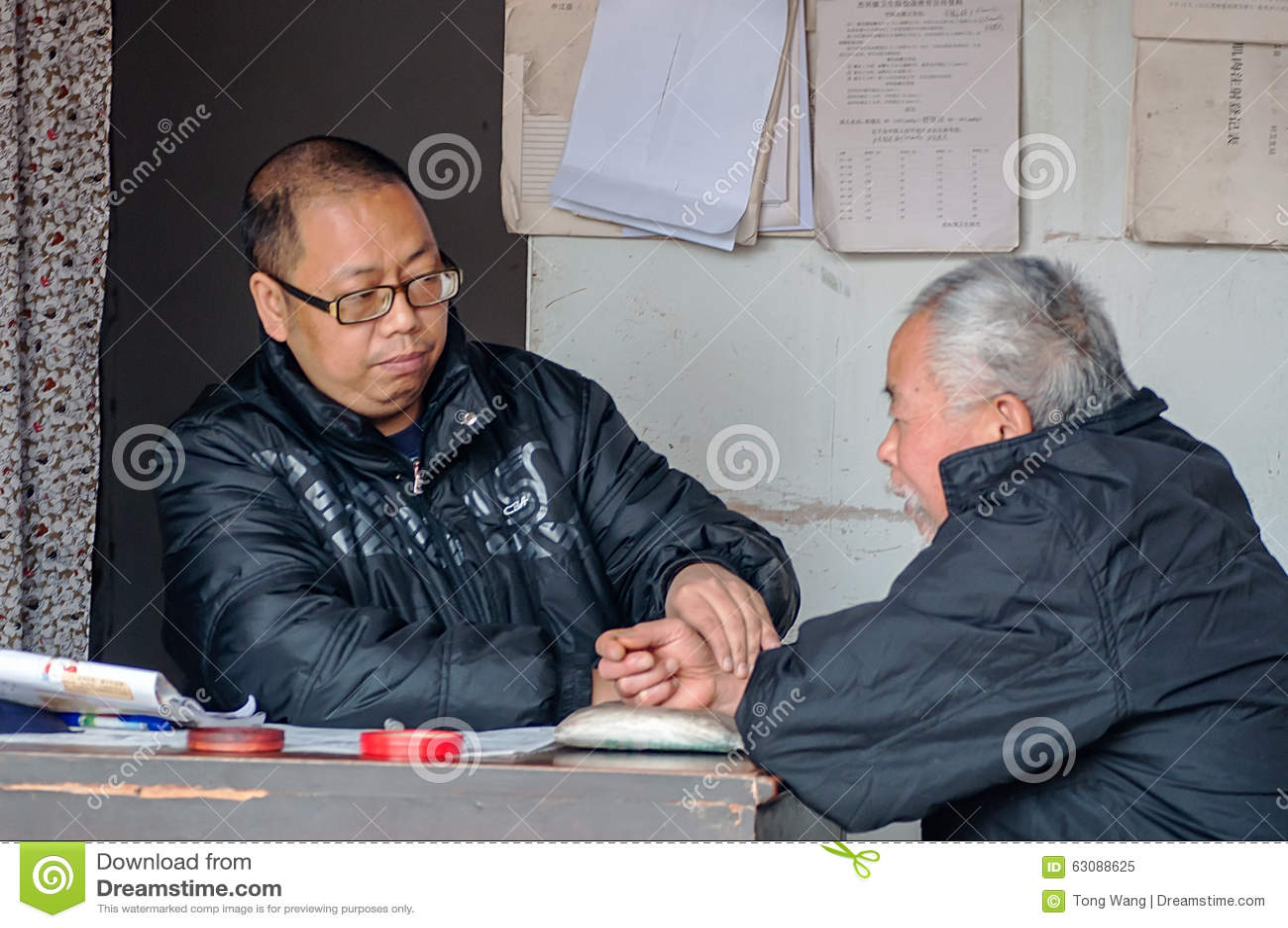 Download La Médecine Chinoise Est De Sentir L'impulsion D'un Patient Image éditorial - Image du sensation, chinois: 63088625