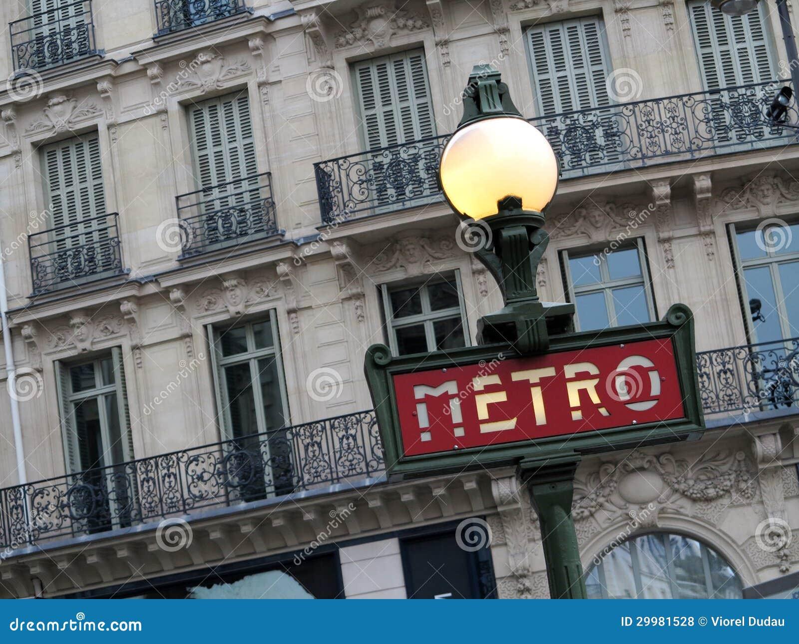 La métro signent dedans Paris