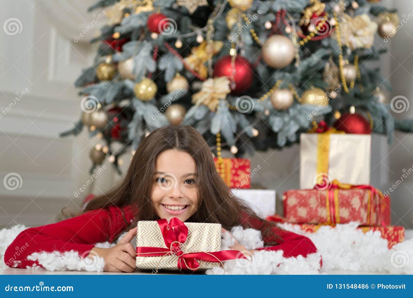 La mañana antes de Navidad Día de fiesta del Año Nuevo Feliz Año Nuevo pequeña muchacha feliz en la Navidad Navidad El niño goza