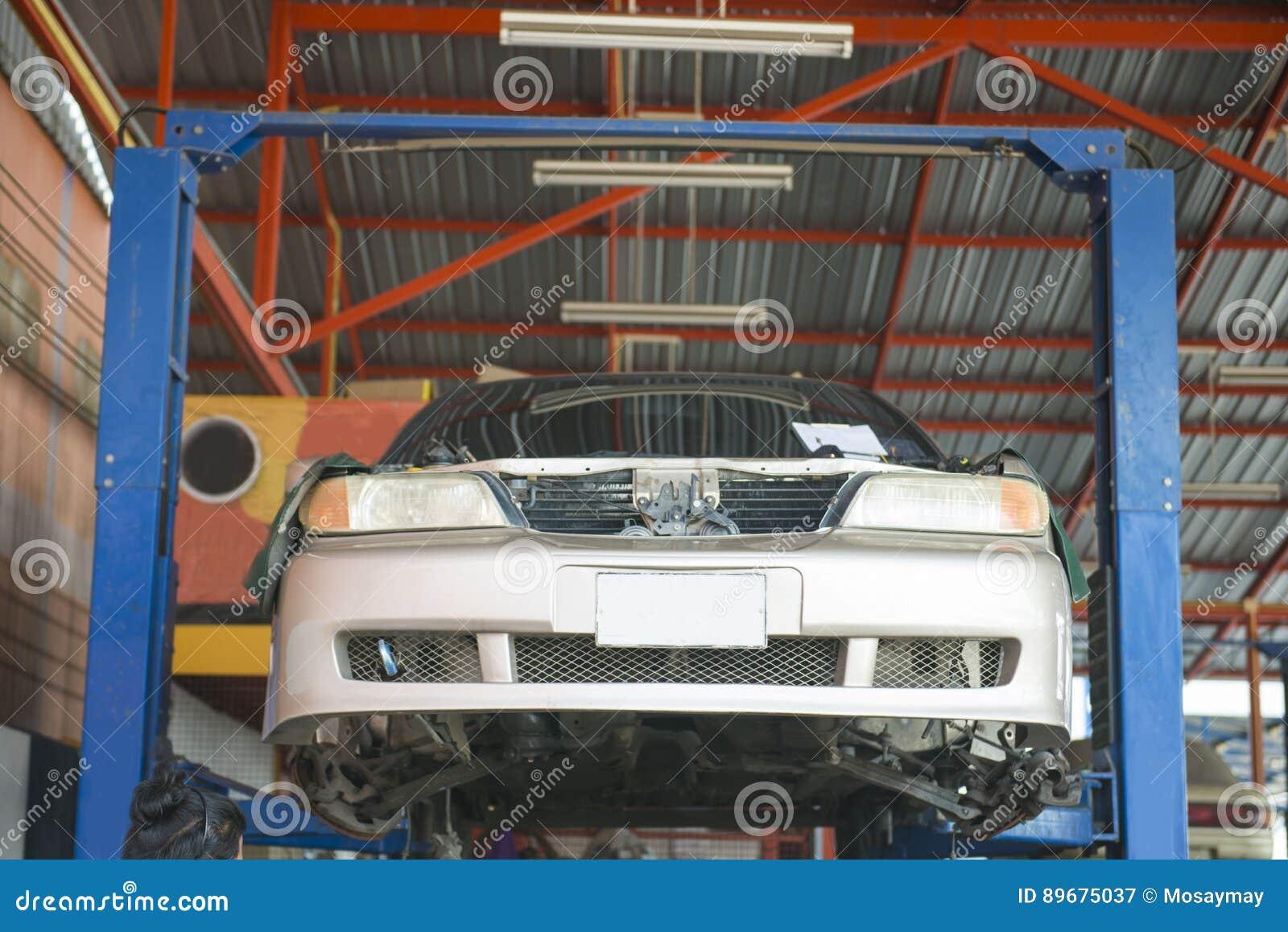 La machine de levage soulèvent une voiture cassée pour la difficulté