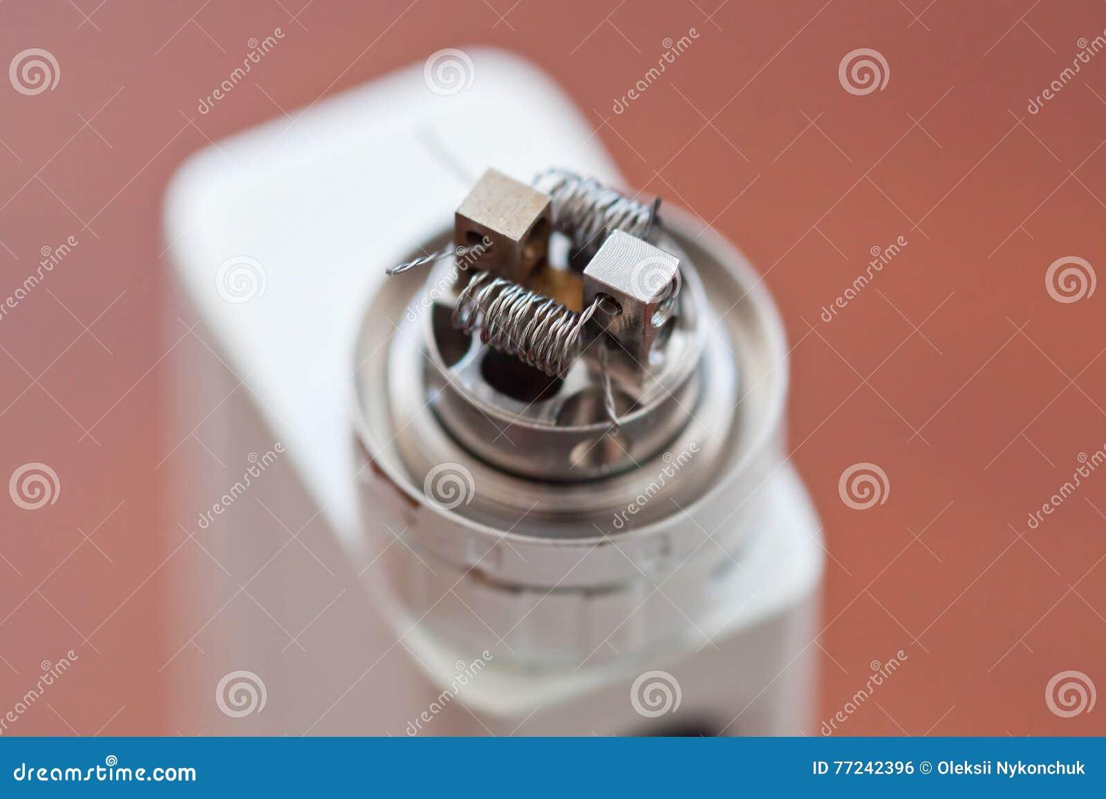 La macro foto di nuova bobina torta ha montato nella sigaretta elettronica