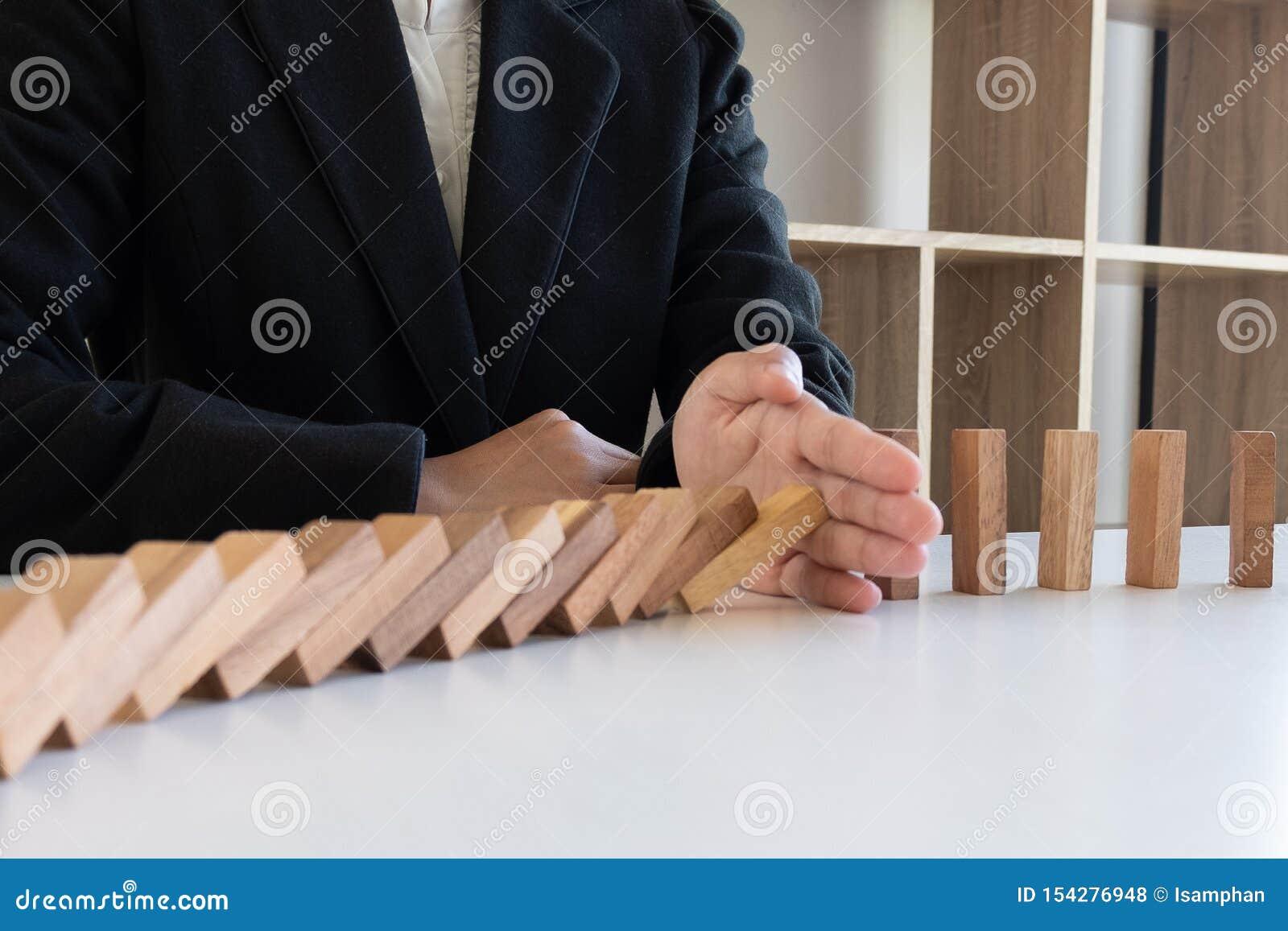 La madera de los bloques de la parada de la mano de la mujer proteger otro, concepto evita que los fracasos se separen al otro se