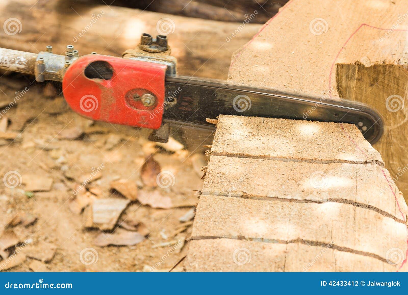 La madera del corte de la cuchilla de la motosierra