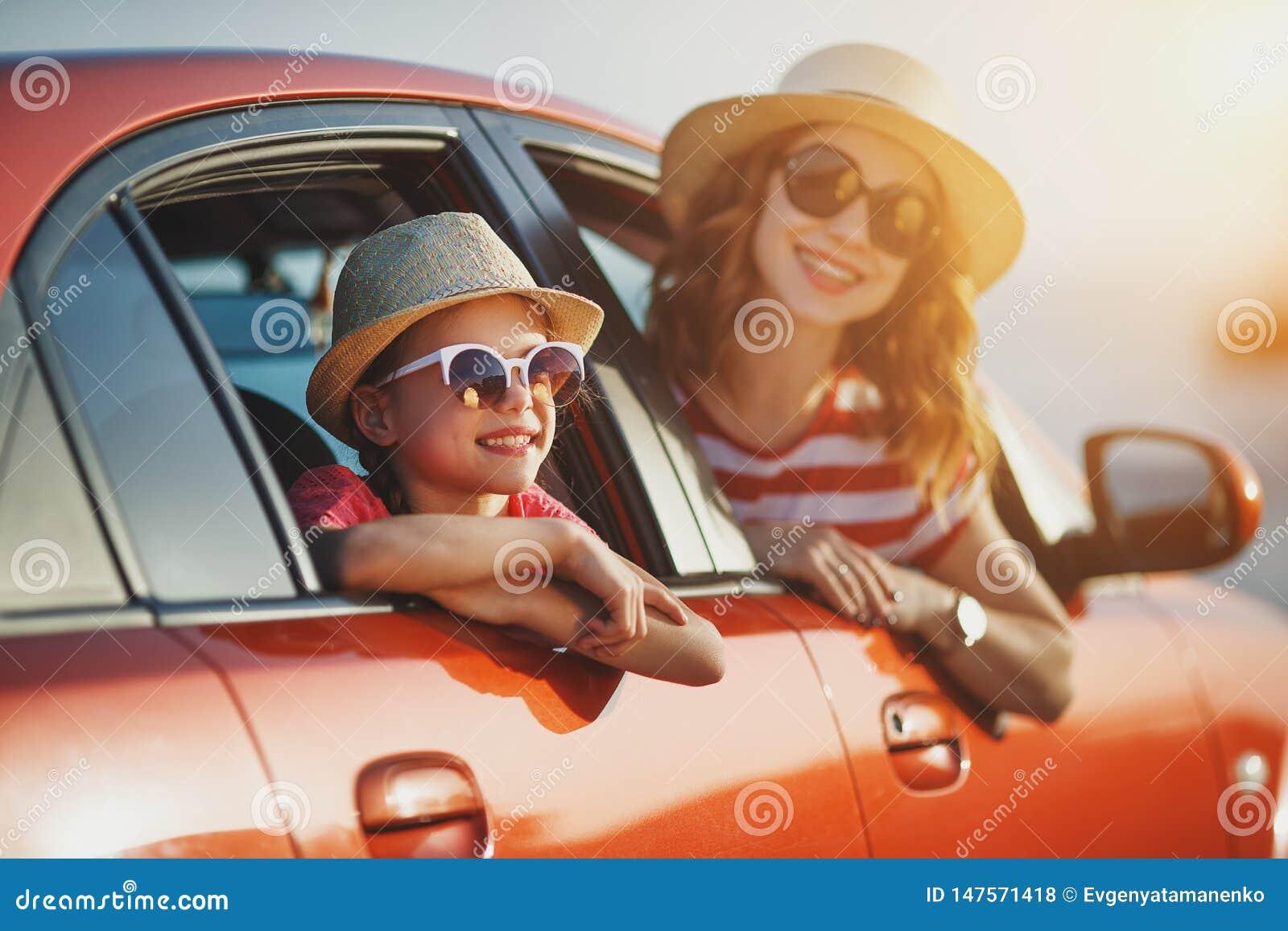 La madre de la familia y la muchacha felices del niño va al viaje del viaje del verano en coche