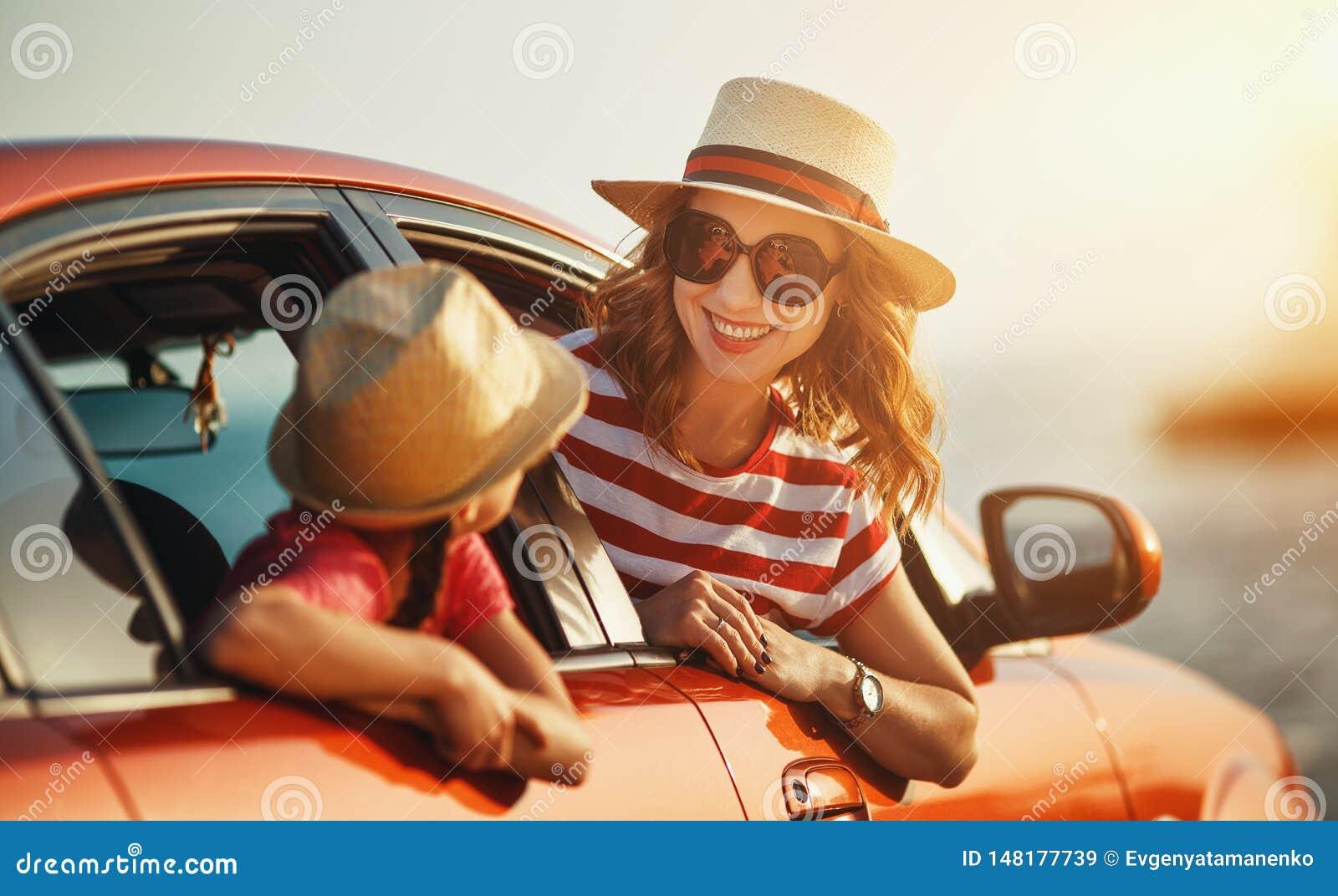La madre de la familia y la muchacha felices del ni?o va al viaje del viaje del verano en coche