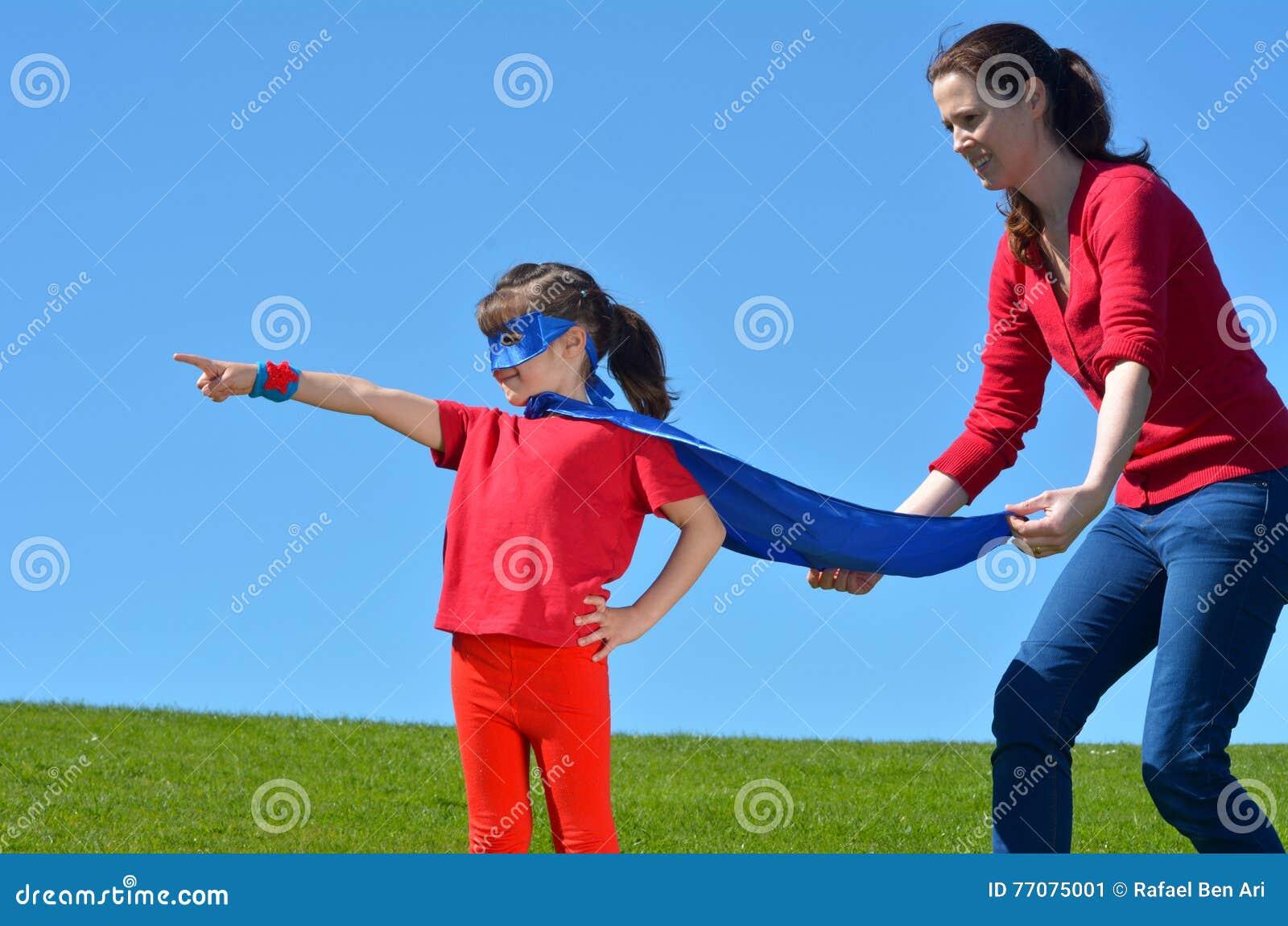 La madre del super héroe muestra a su hija cómo ser un super héroe