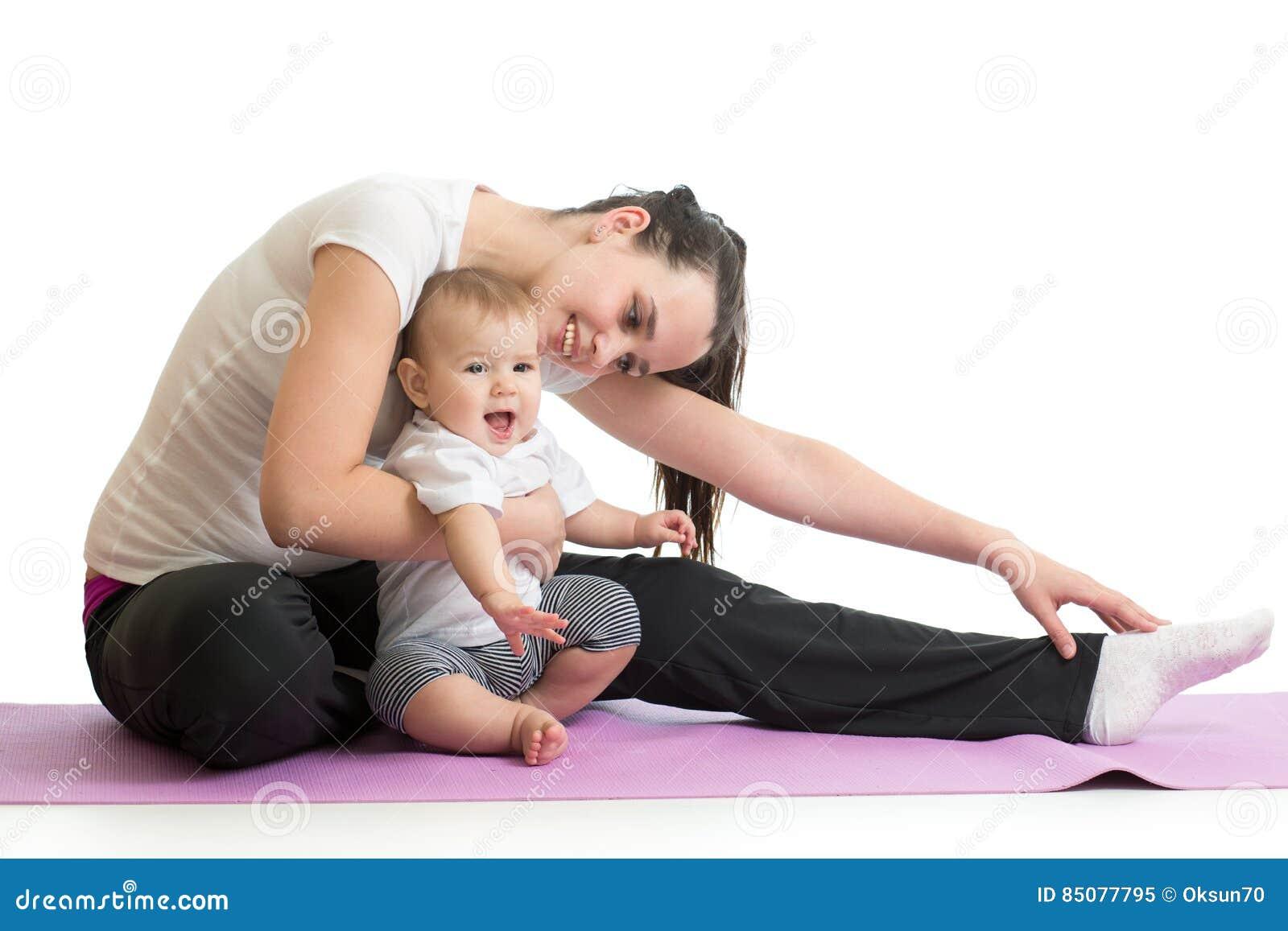 La madre della giovane donna che fa la forma fisica si esercita con il bambino, ritratto dello studio isolato su fondo bianco