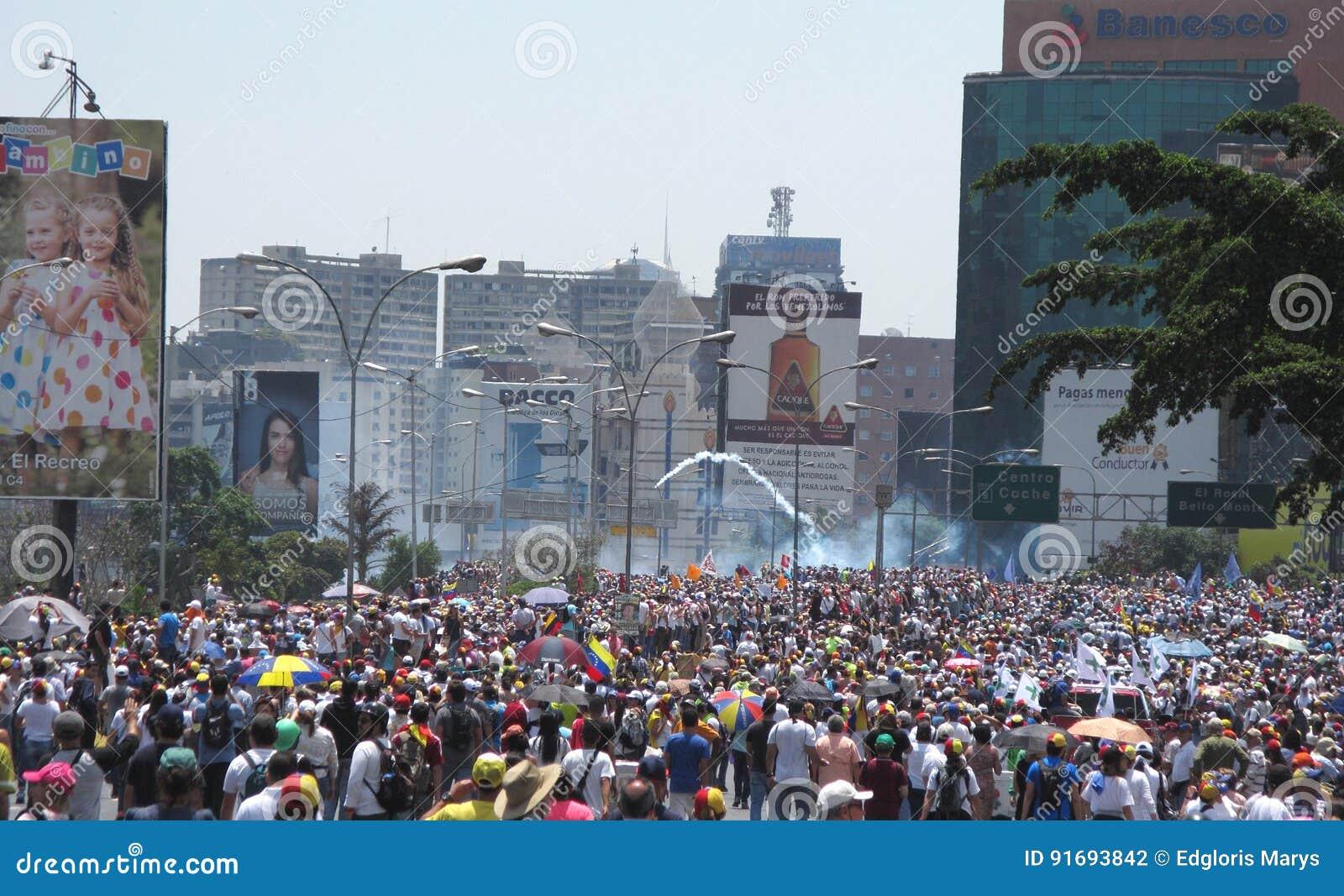 La madre di tutte le proteste nel Venezuela La polizia di Militar ha cominciato a fare fuoco il gas lacrimogeno contro i dimostra