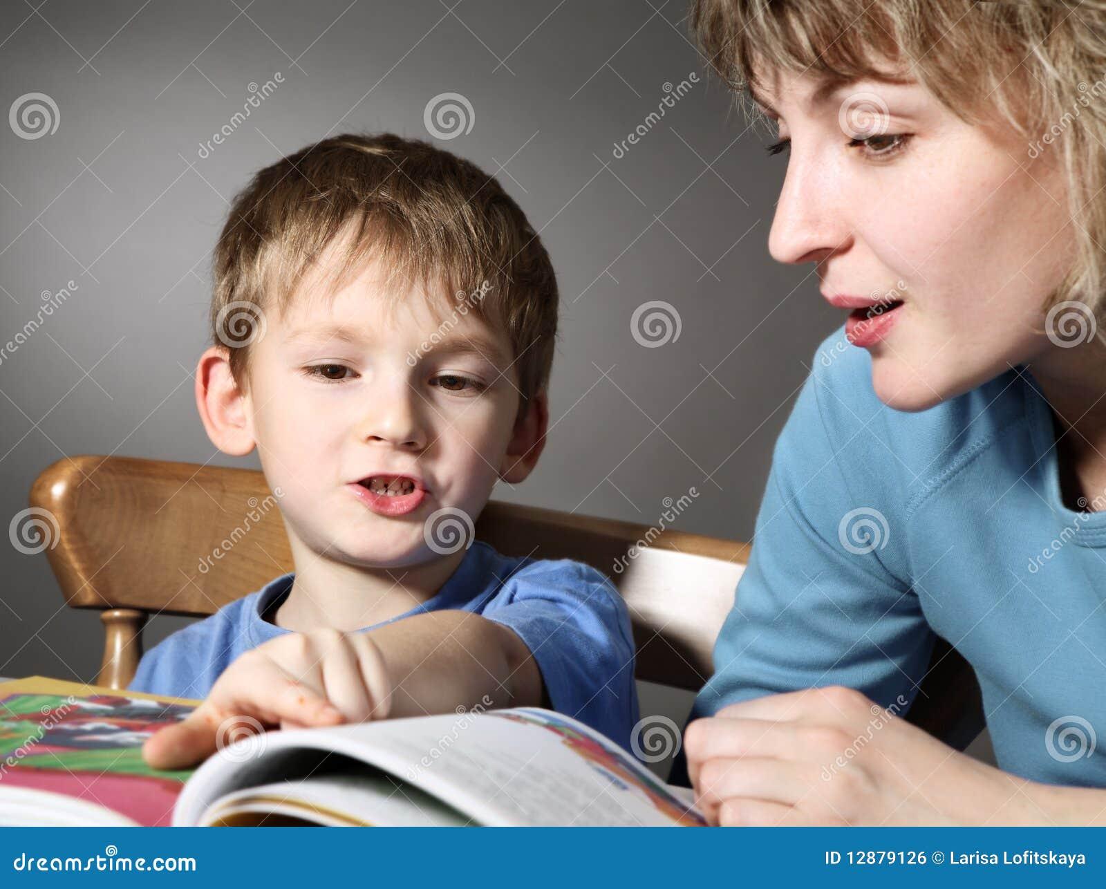 La madre ense a al hijo a leer imagen de archivo libre de - Leer la mano hijos ...