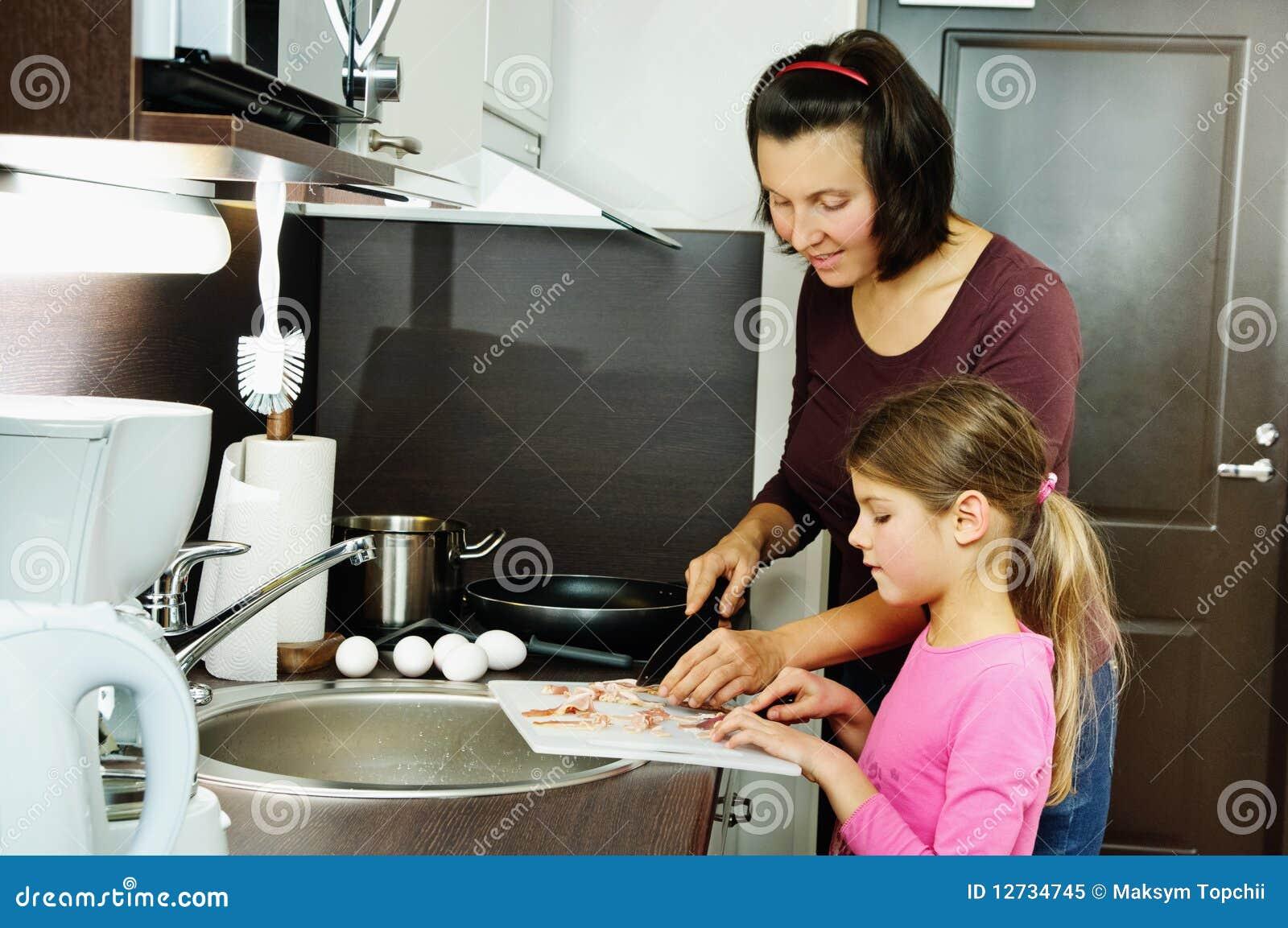 Madre enseñando a su hija a cojer 9