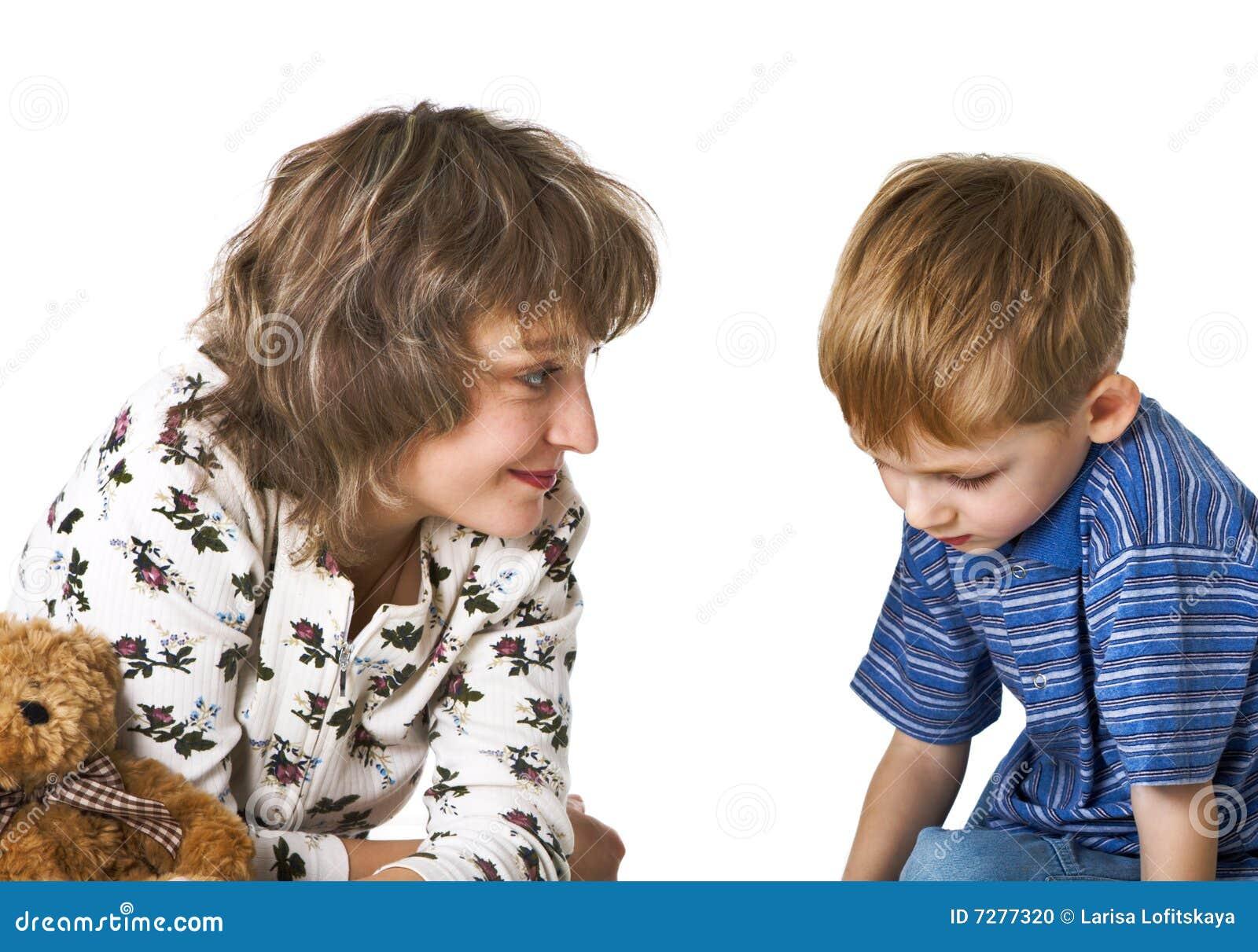 La madre habla con el niño culpable