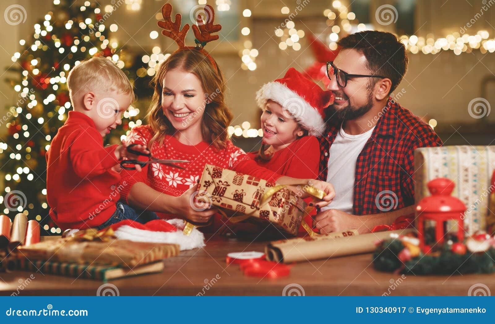 Regali Di Natale Famiglia.La Madre Il Padre Ed I Bambini Della Famiglia Di Y Imballano I
