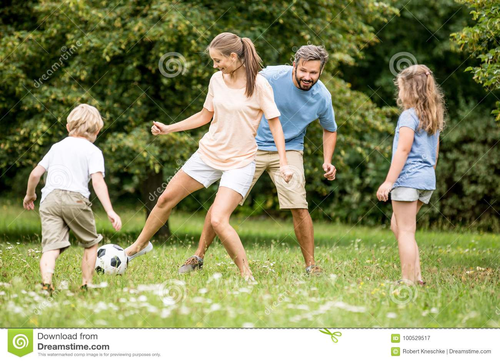 Download La Madre Juega A Fútbol Del Fútbol Con La Familia Imagen de archivo - Imagen de diversión, hombres: 100529517