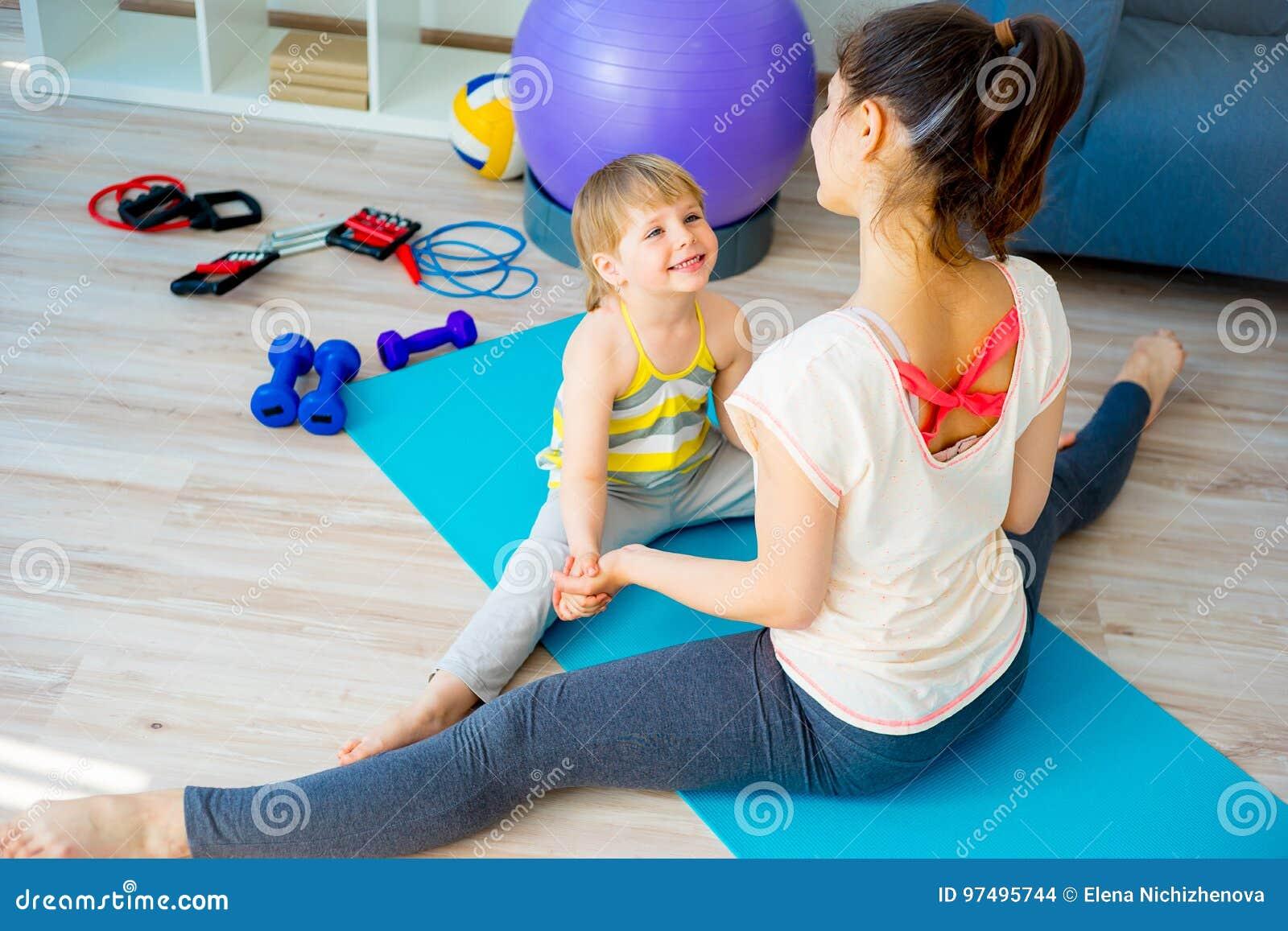 La madre sta facendo gli esercizi
