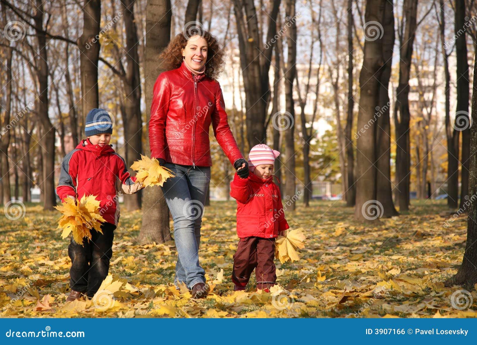 La madre va para la caminata con los niños