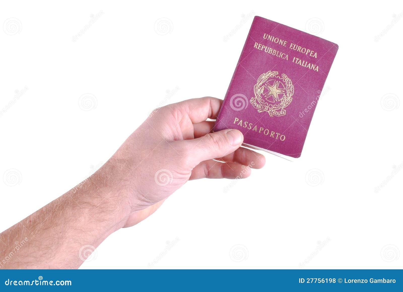 La main d homme retient un passeport italien