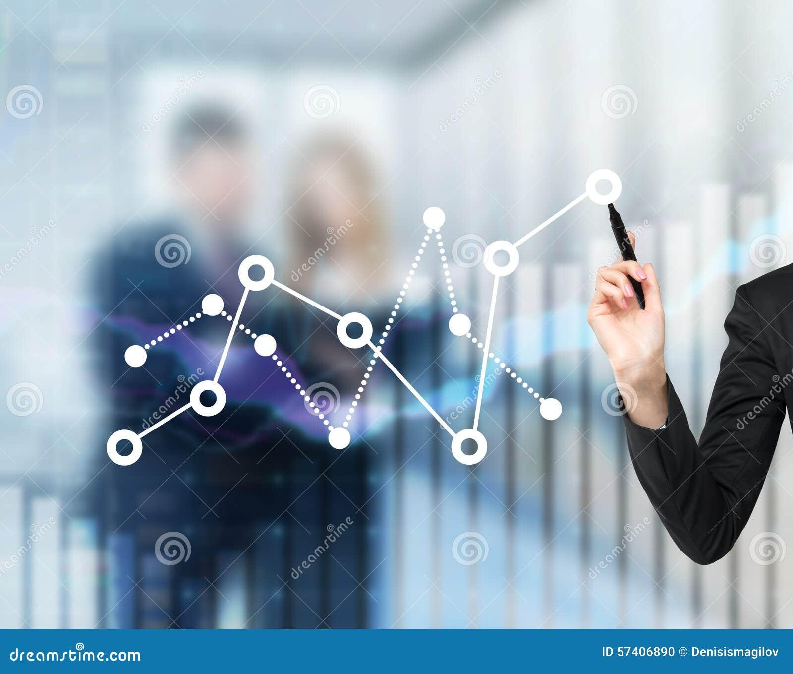 La main d une femme dessine la fluctuation du diagramme financier